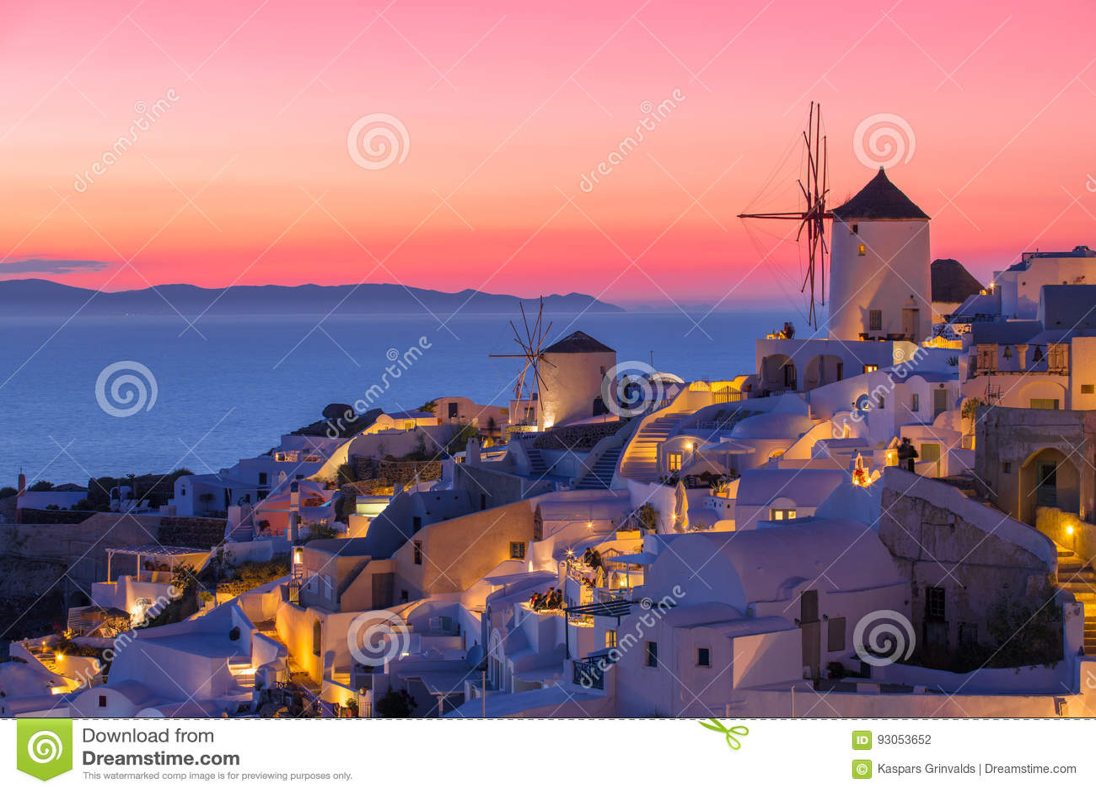Puesta del sol hermosa en Santorini, Grecia