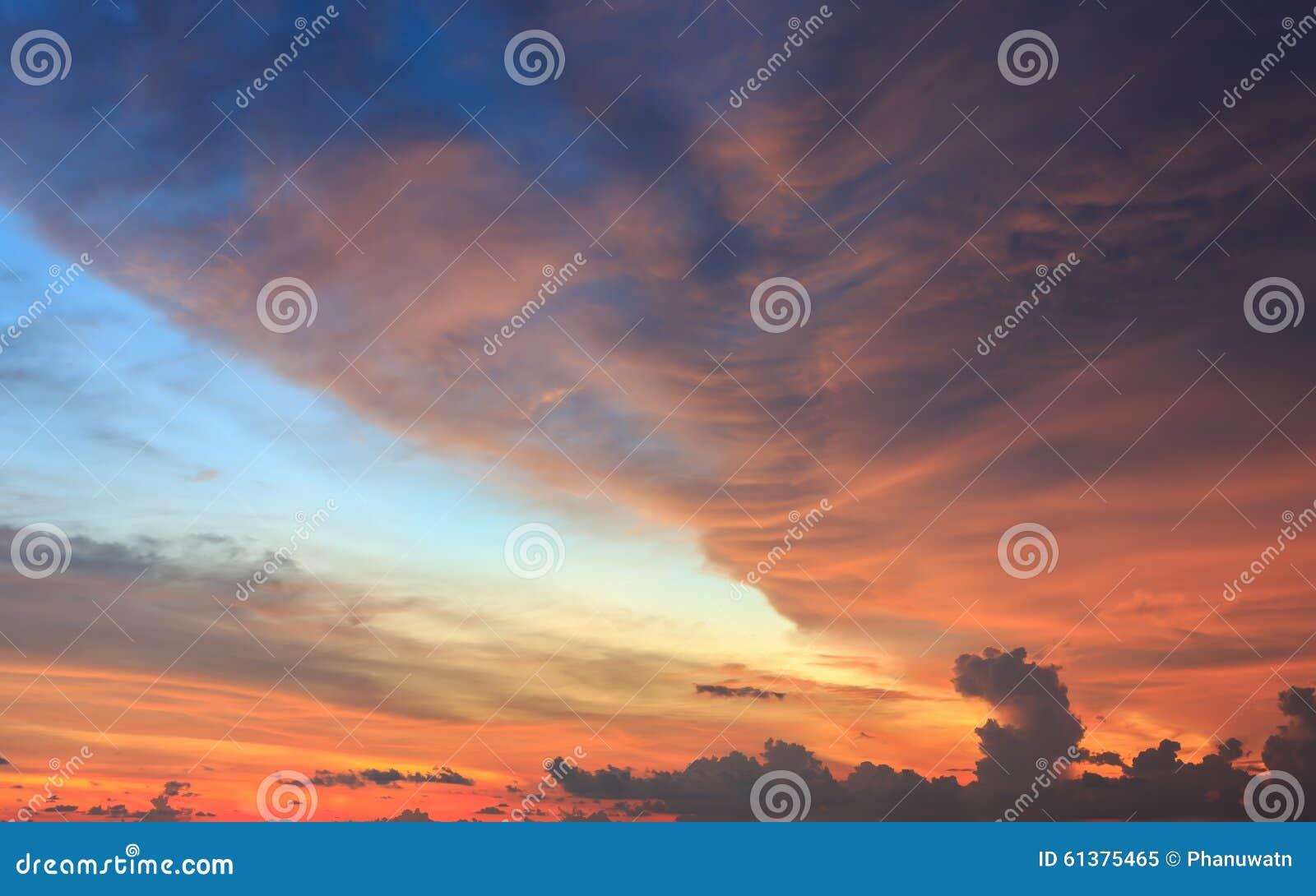 Puesta del sol hermosa o cielo de la salida del sol con las nubes