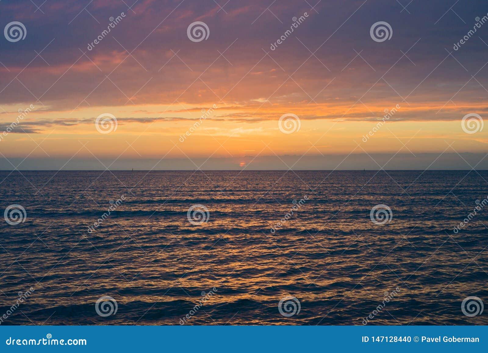 Puesta del sol hermosa sobre el mar Anapa, regi?n de Krasnodar, Rusia