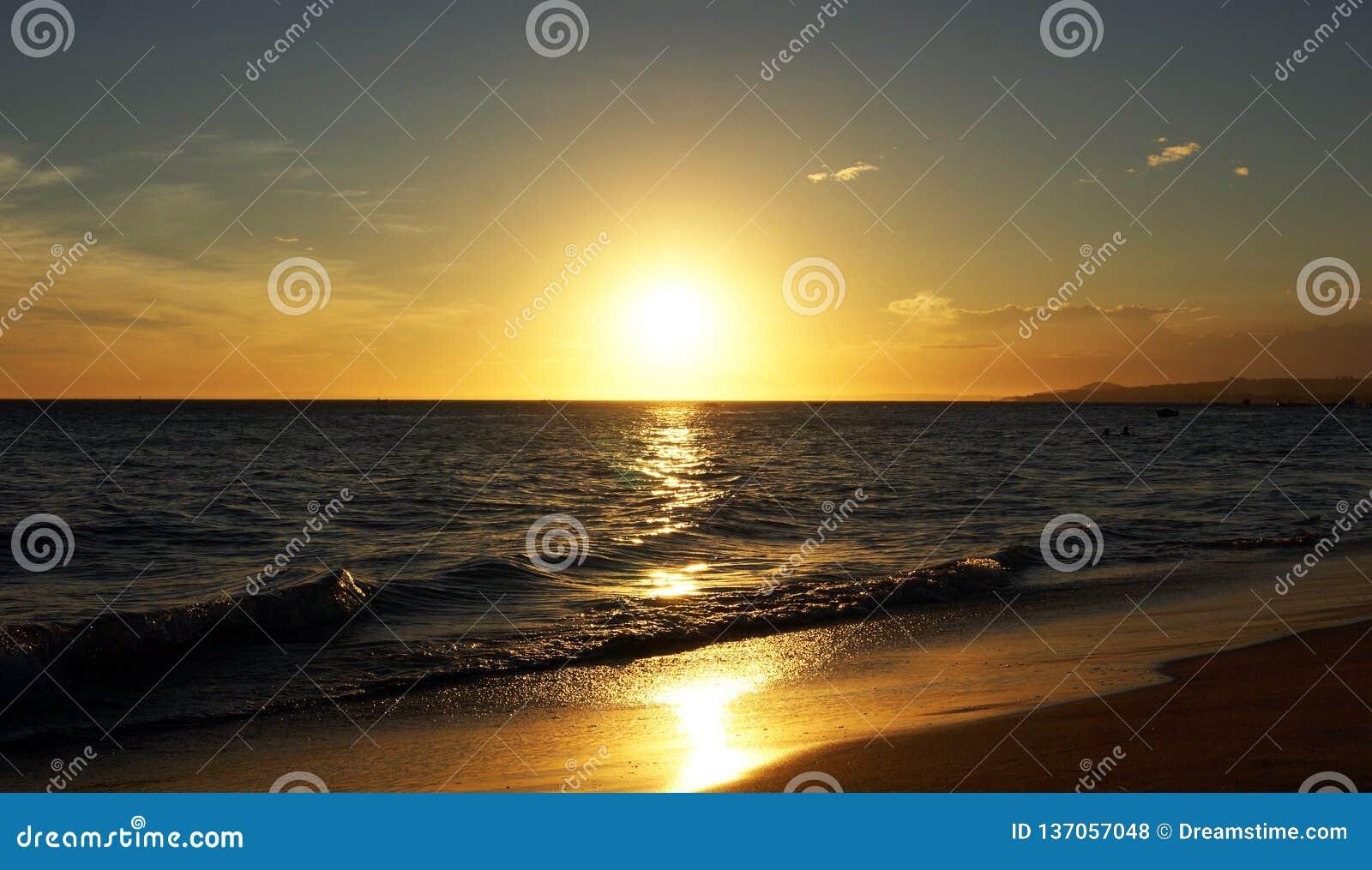 Puesta del sol hermosa sobre el océano
