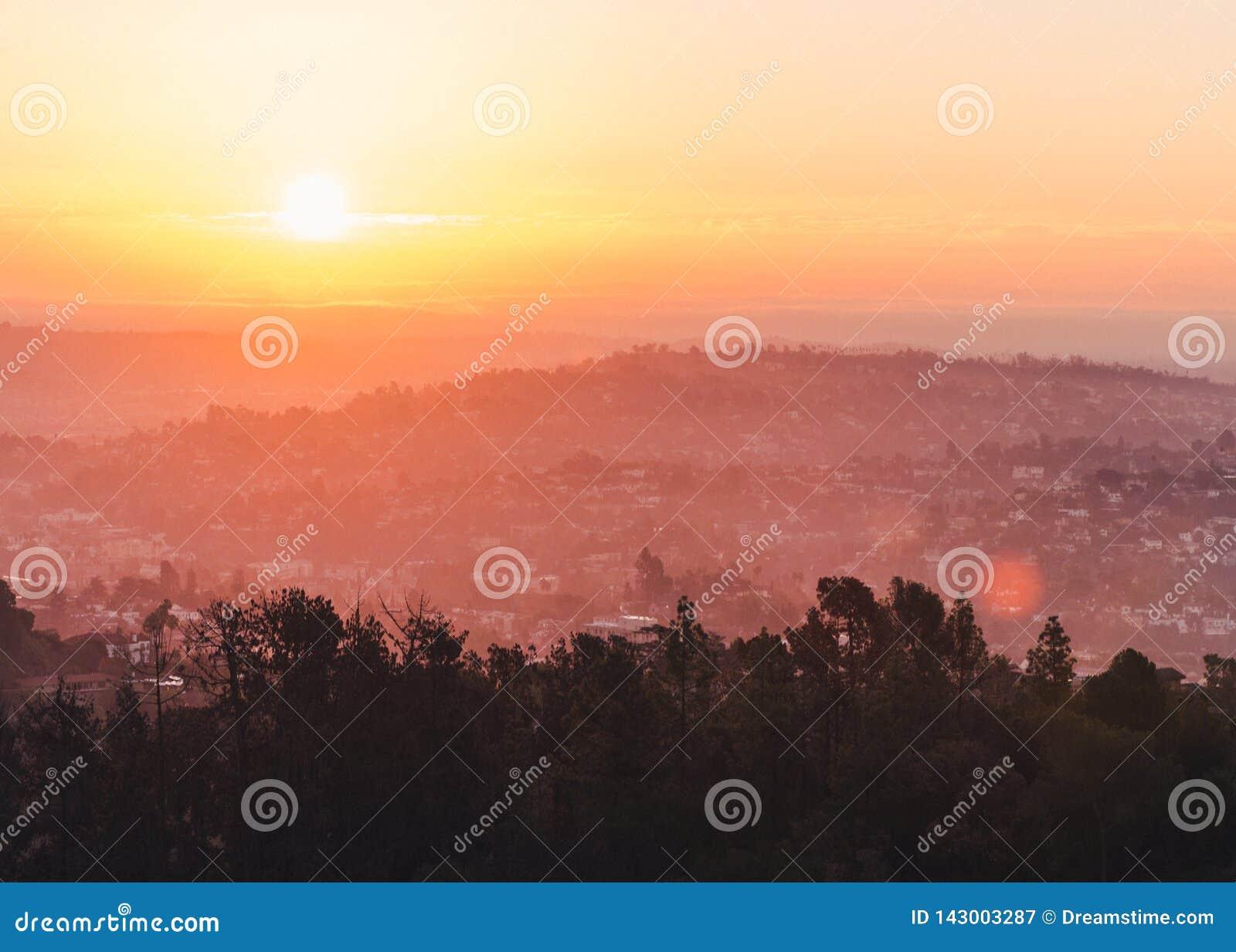 Puesta del sol hermosa sobre el paisaje urbano de Los Angeles