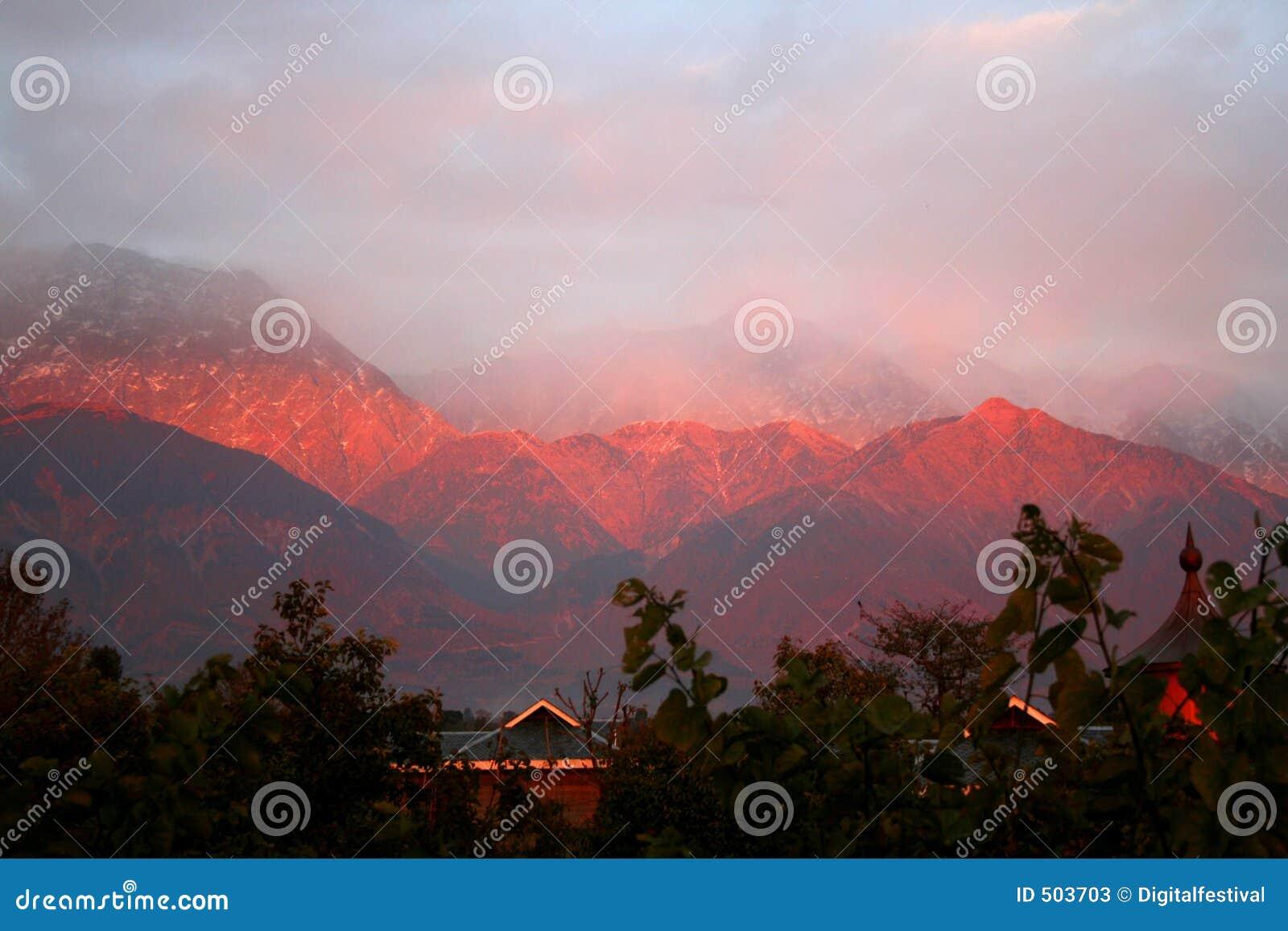 Puesta del sol Himalayan de dharamsala la India