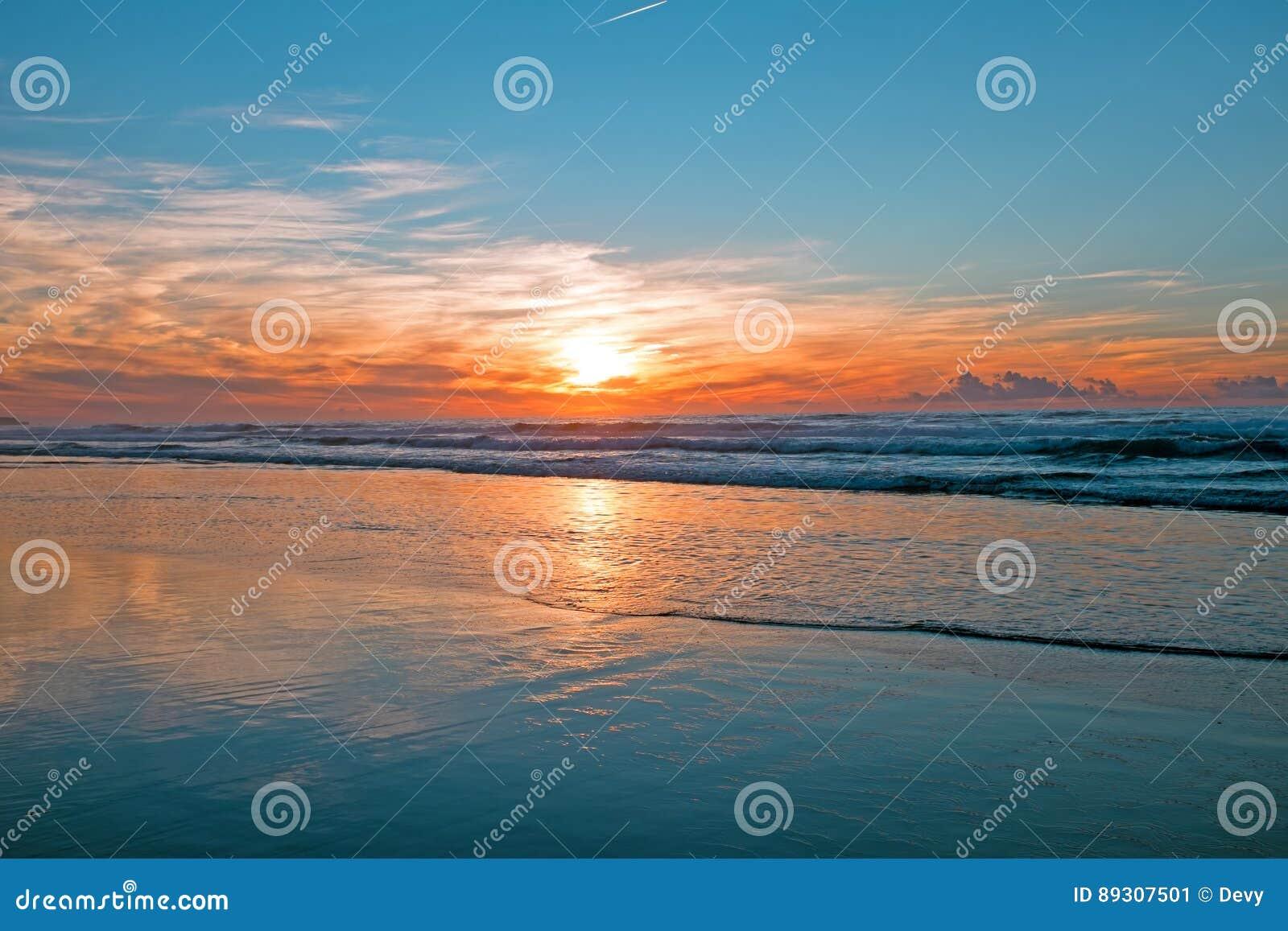 Puesta del sol increíble en el Océano Atlántico en Portugal