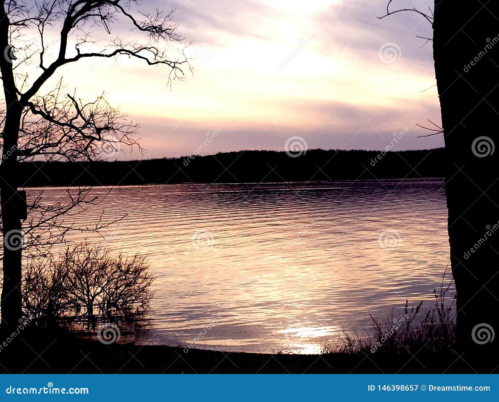 Puesta del sol del lago missouri