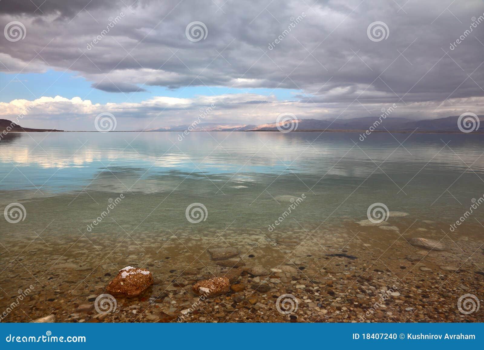 Puesta del sol mágica en el mar muerto