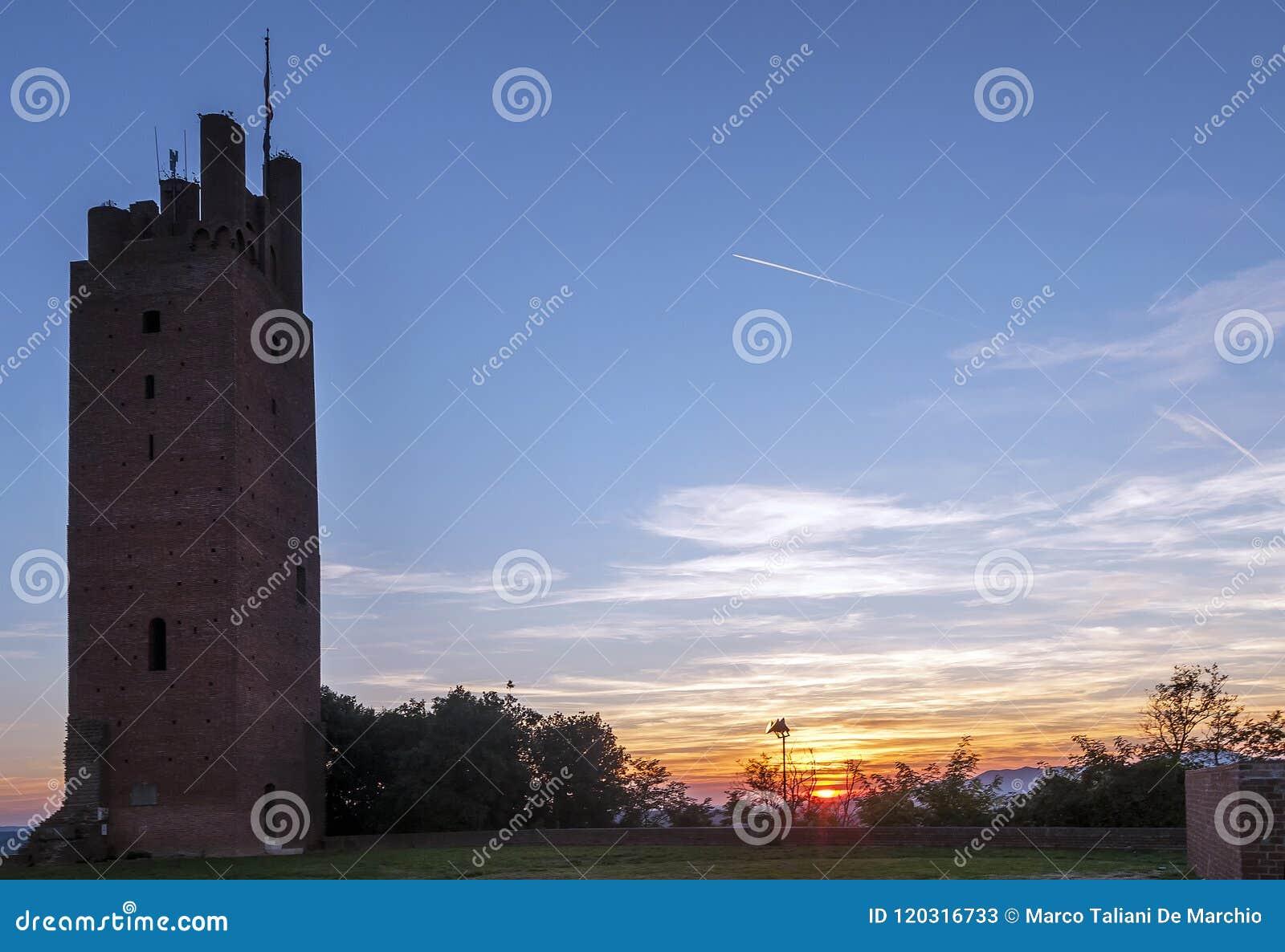 Puesta del sol maravillosa del Rocca di Federico II de San Miniato, Pisa, Toscana, Italia