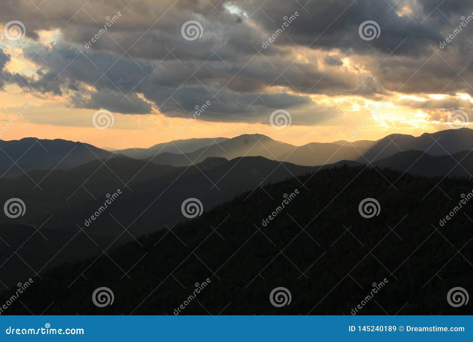 Puesta del sol montañosa de oro