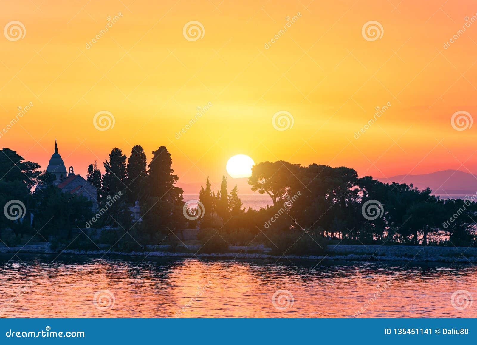 Puesta del sol o cielo de la salida del sol sobre el mar Naturaleza, tiempo, atmósfera, tema del viaje Salida del sol o puesta de