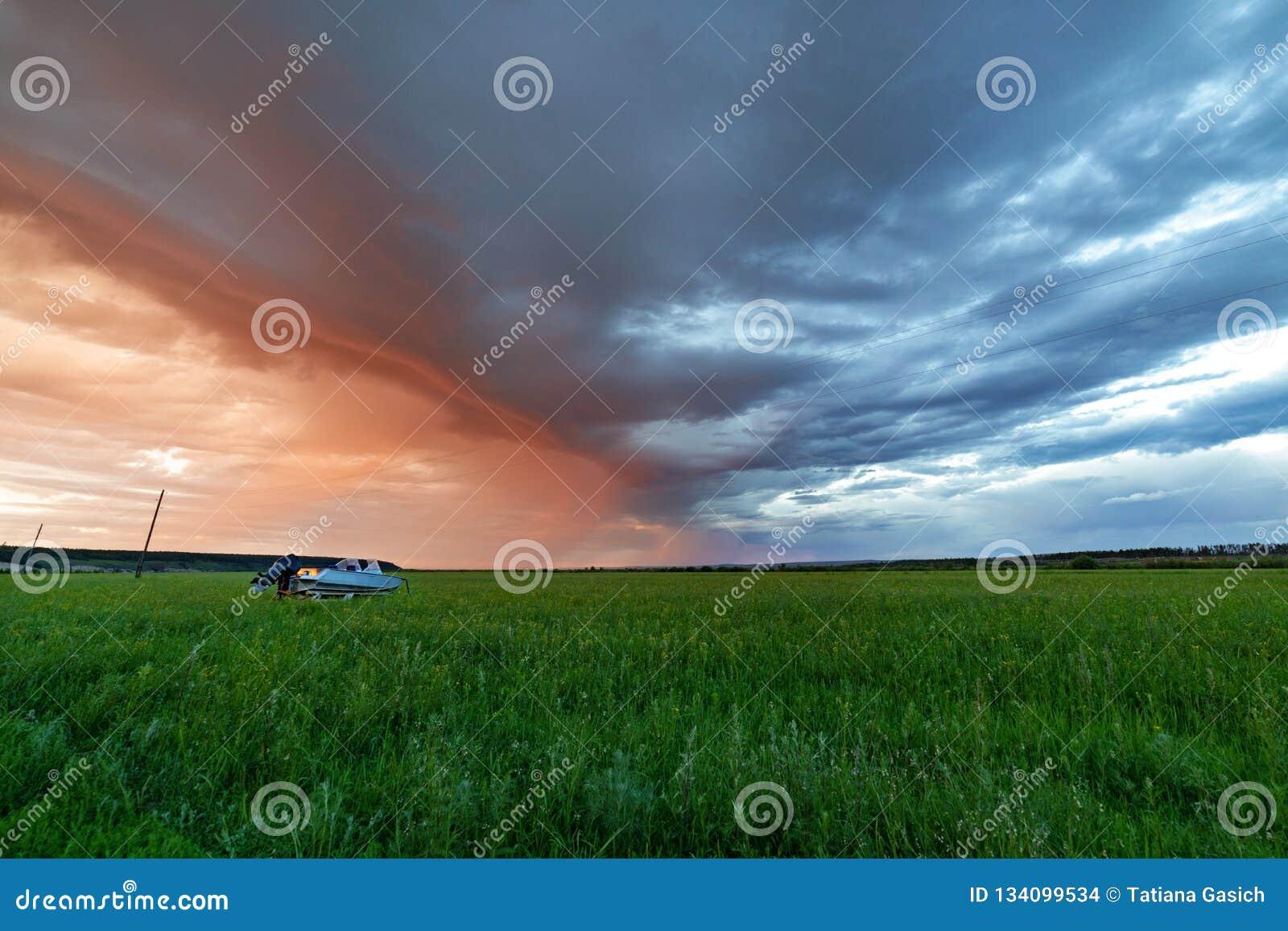 Puesta del sol o salida del sol hermosa sobre campo verde
