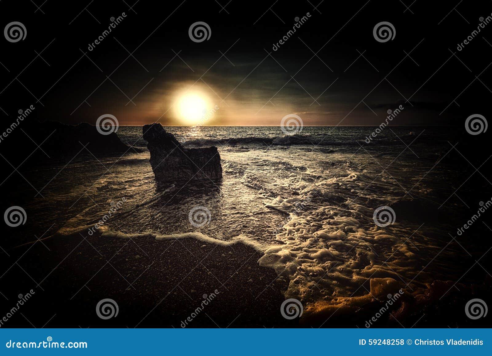 Puesta del sol oscura profunda