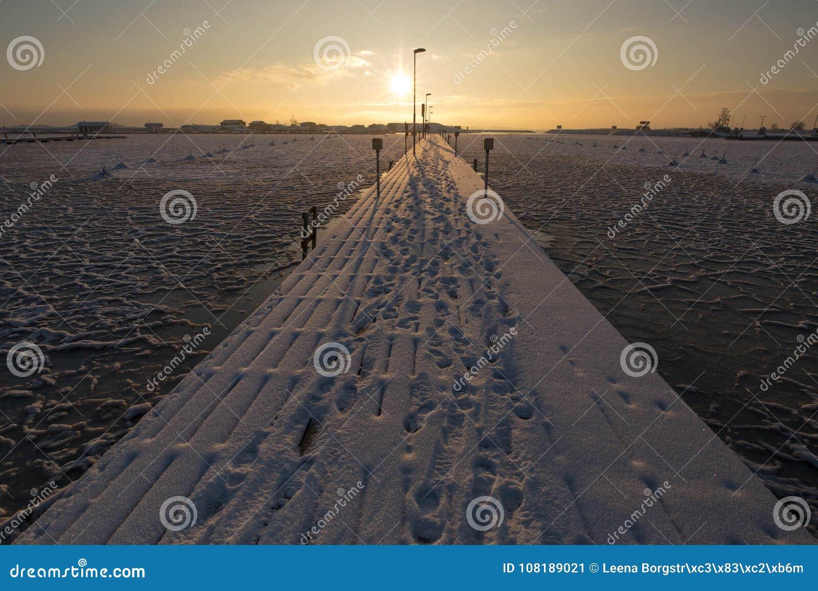 Puesta del sol por la playa, proyecto del invierno del hielo