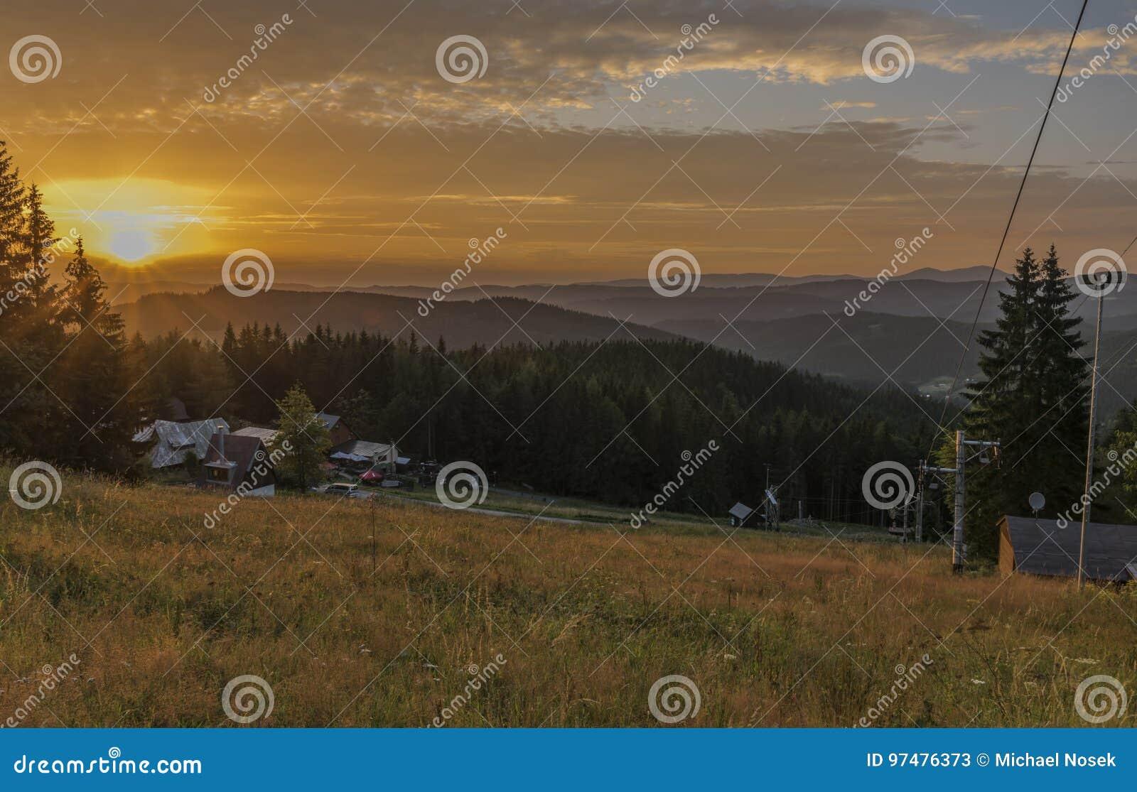 Puesta del sol por la tarde del verano cerca del pueblo de Kasarna