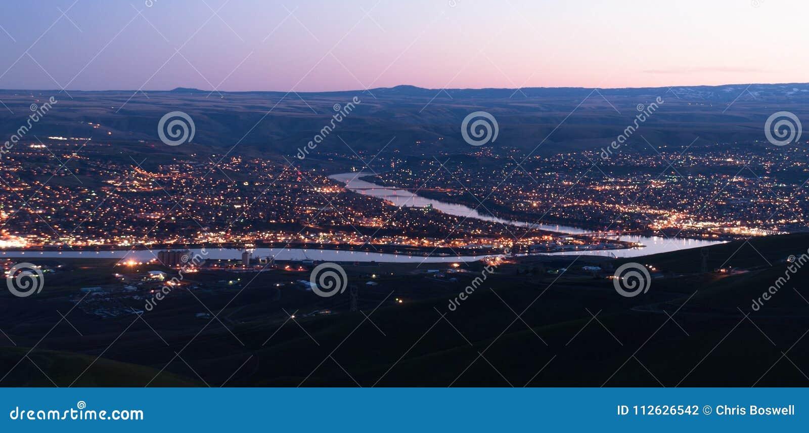 Puesta del sol del río de Clearwater de la curva del puente de Lewiston Idaho de la visión aérea