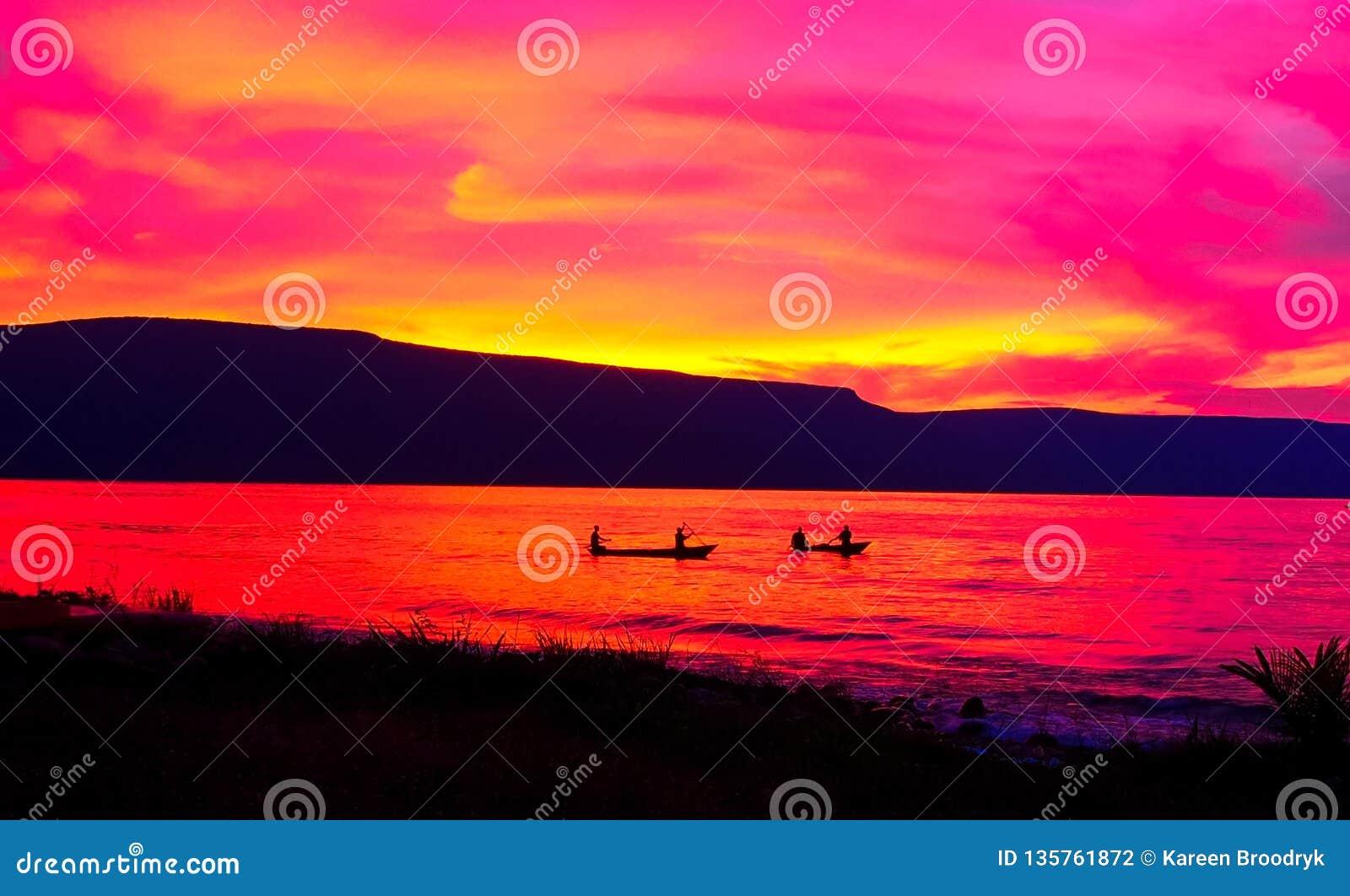 Puesta del sol roja anaranjada sobre el lago Tanganica