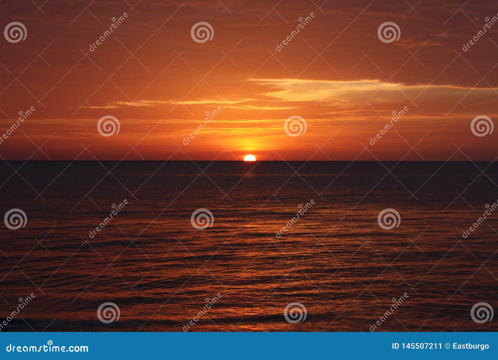 Puesta del sol roja sobre el oc?ano