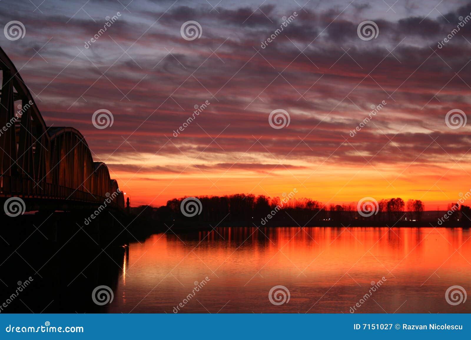 Puesta del sol roja sobre el puente