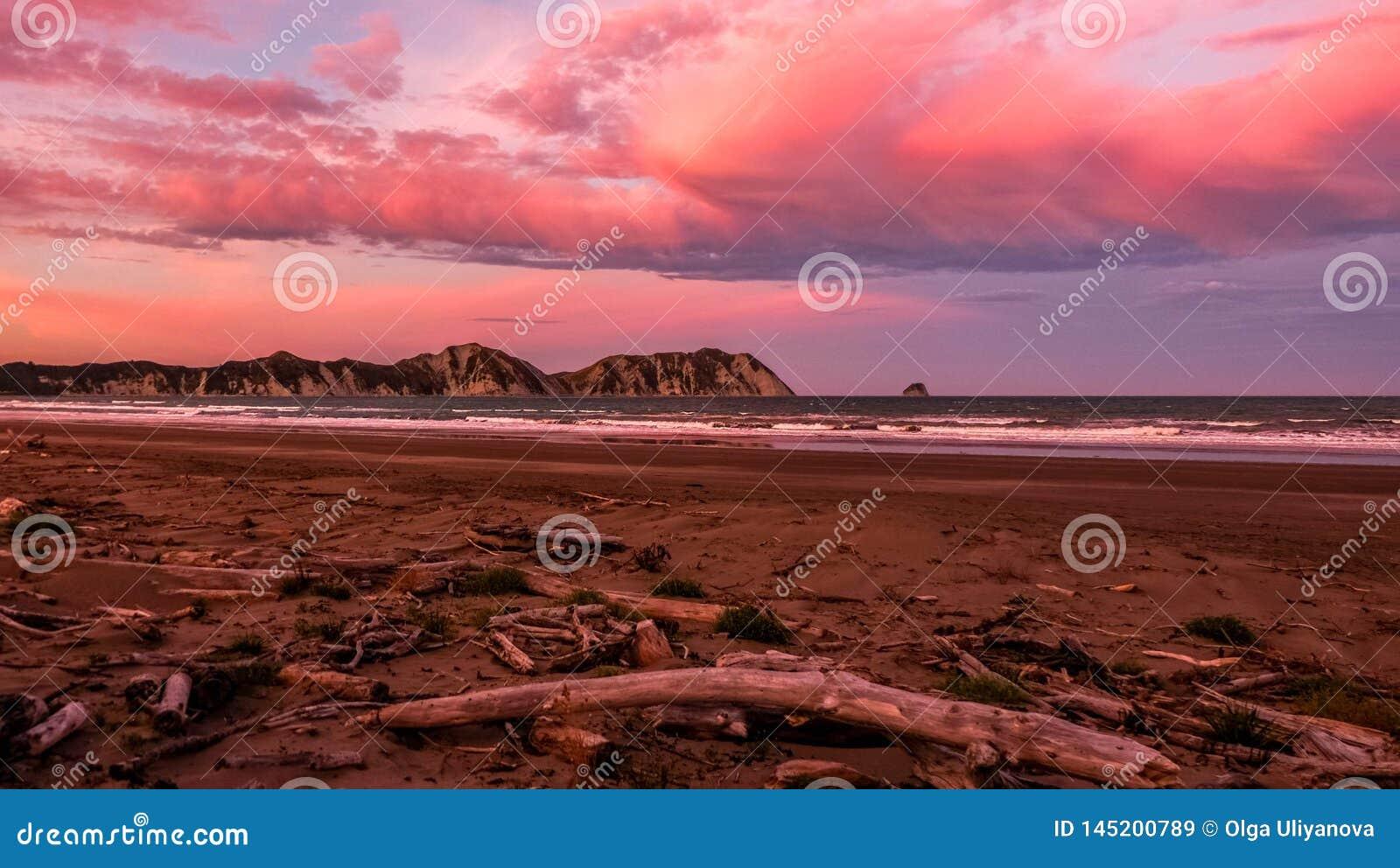 Puesta del sol rosada en la playa cerca de Waikaremoana Nueva Zelanda