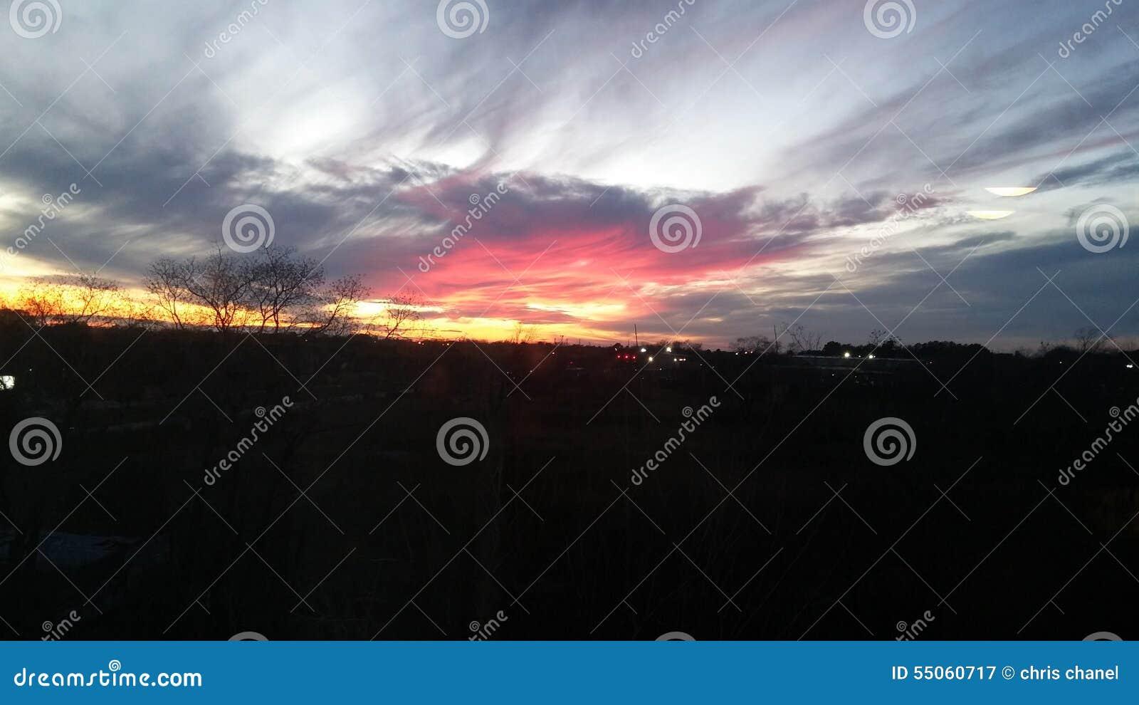 Puesta del sol rosada imponente