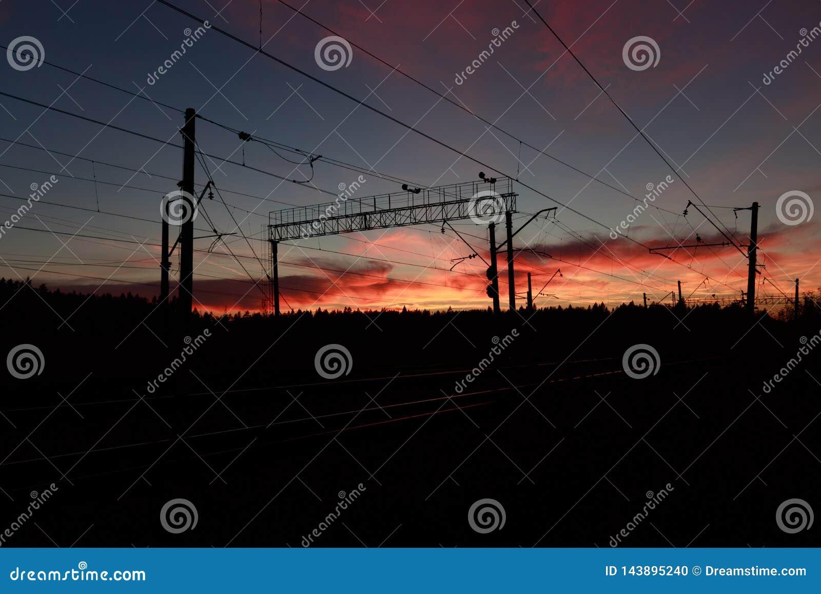 Puesta del sol sangrienta en el ferrocarril