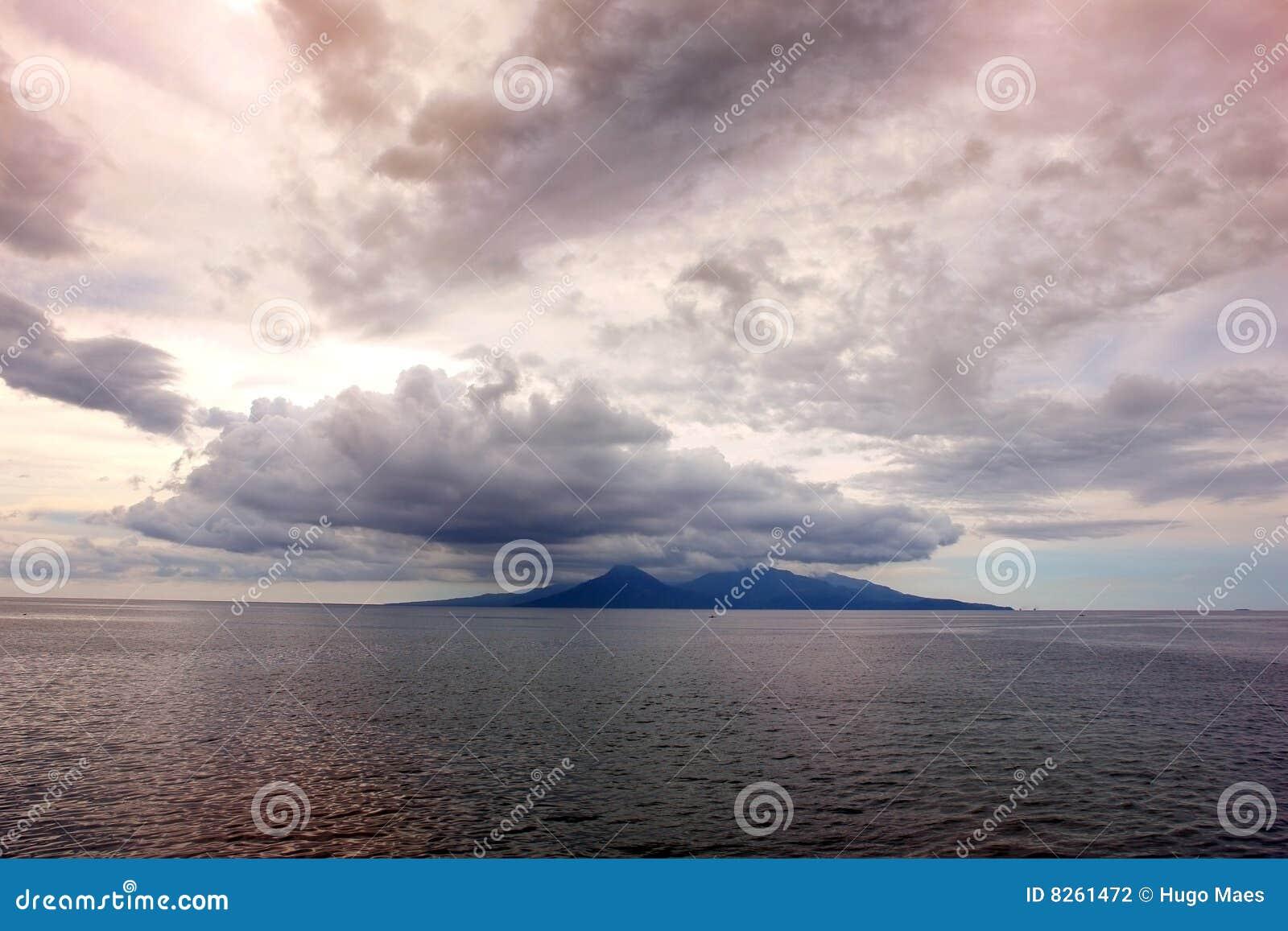 Puesta del sol siniestra sobre la isla