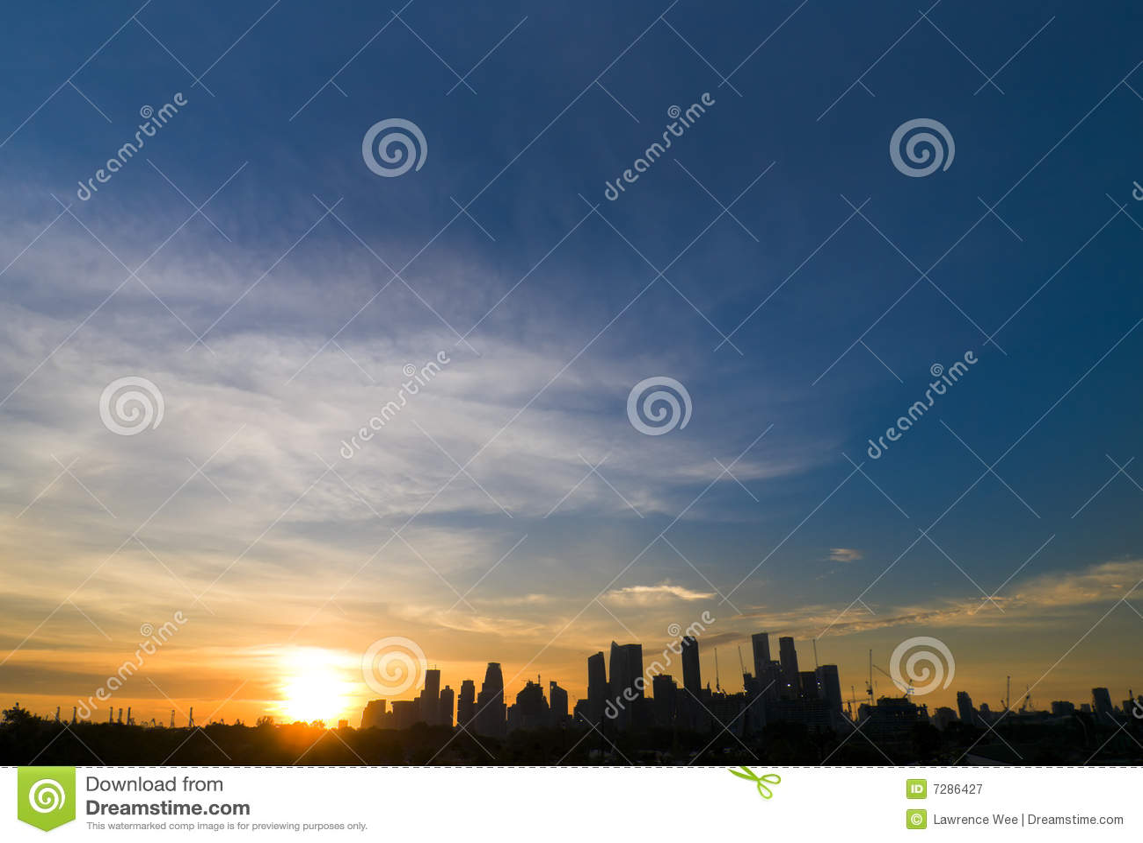 Puesta del sol sobre ciudad moderna
