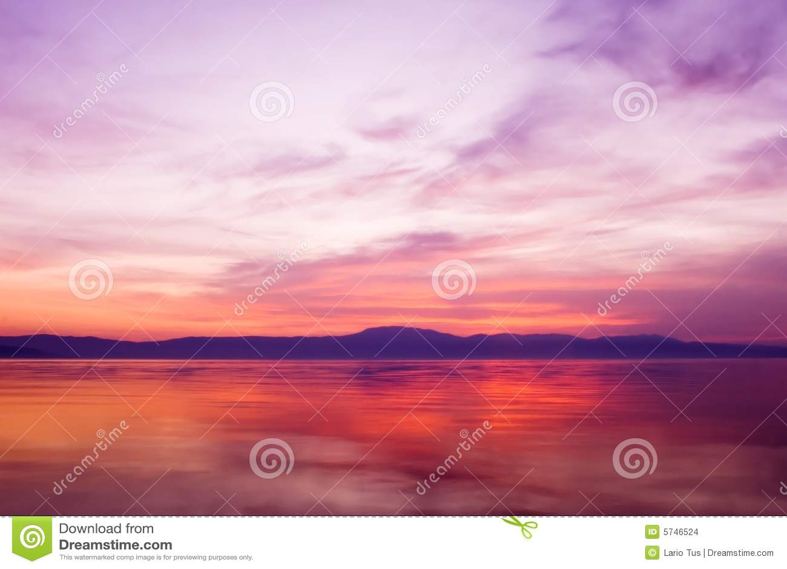 Puesta del sol sobre el agua del océano