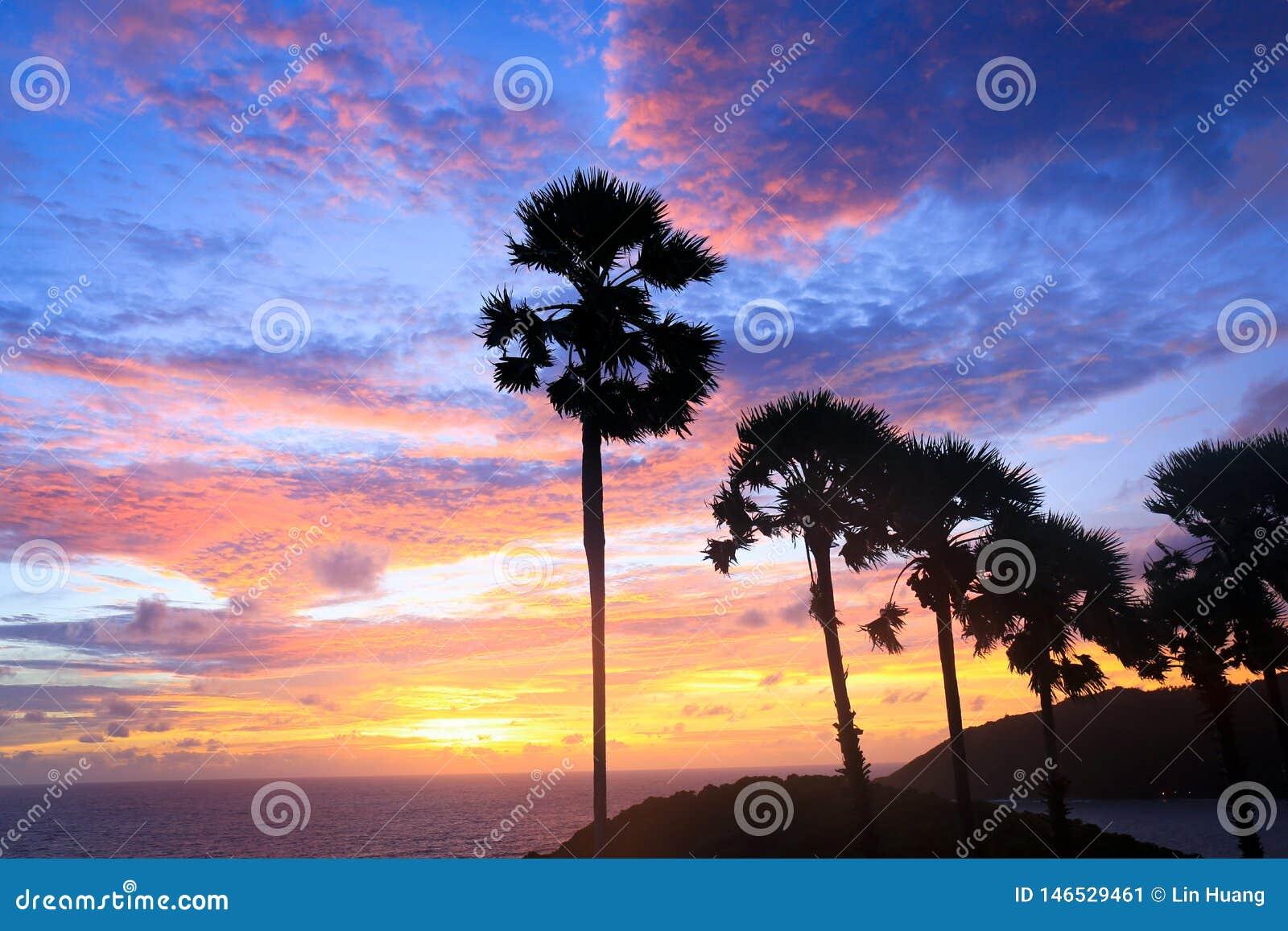Puesta del sol sobre el cabo de Thep del baile de fin de curso en Tailandia