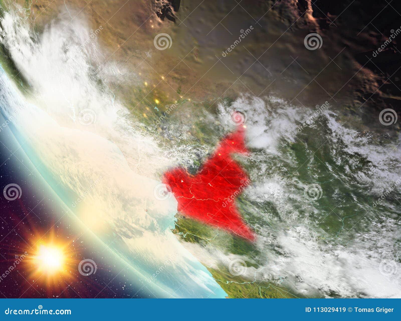 Puesta del sol sobre el Camerún en la tierra