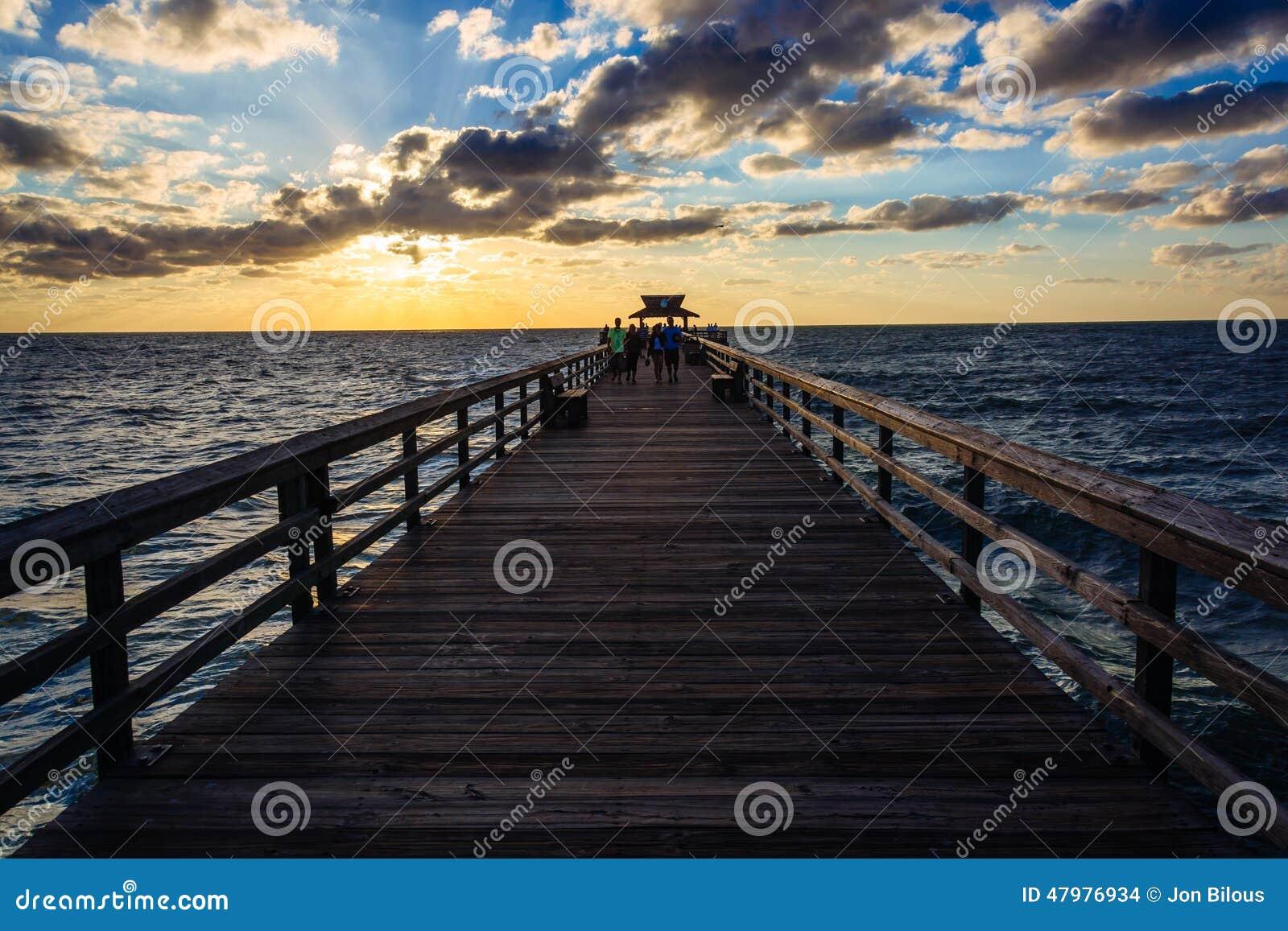 Puesta del sol sobre el embarcadero de la pesca en Nápoles, la Florida