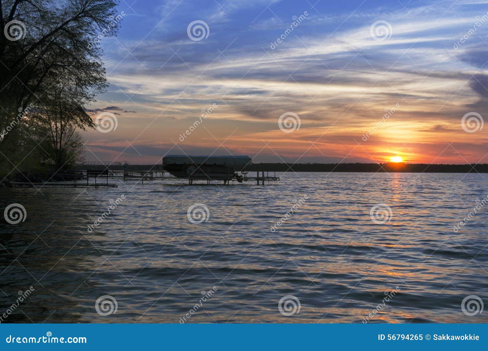 Puesta del sol sobre el lago leech con el barco en fondo