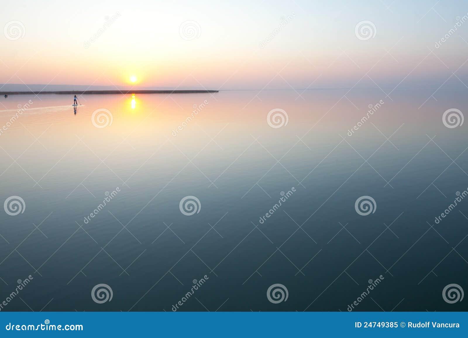 Puesta del sol sobre el lago tranquilo