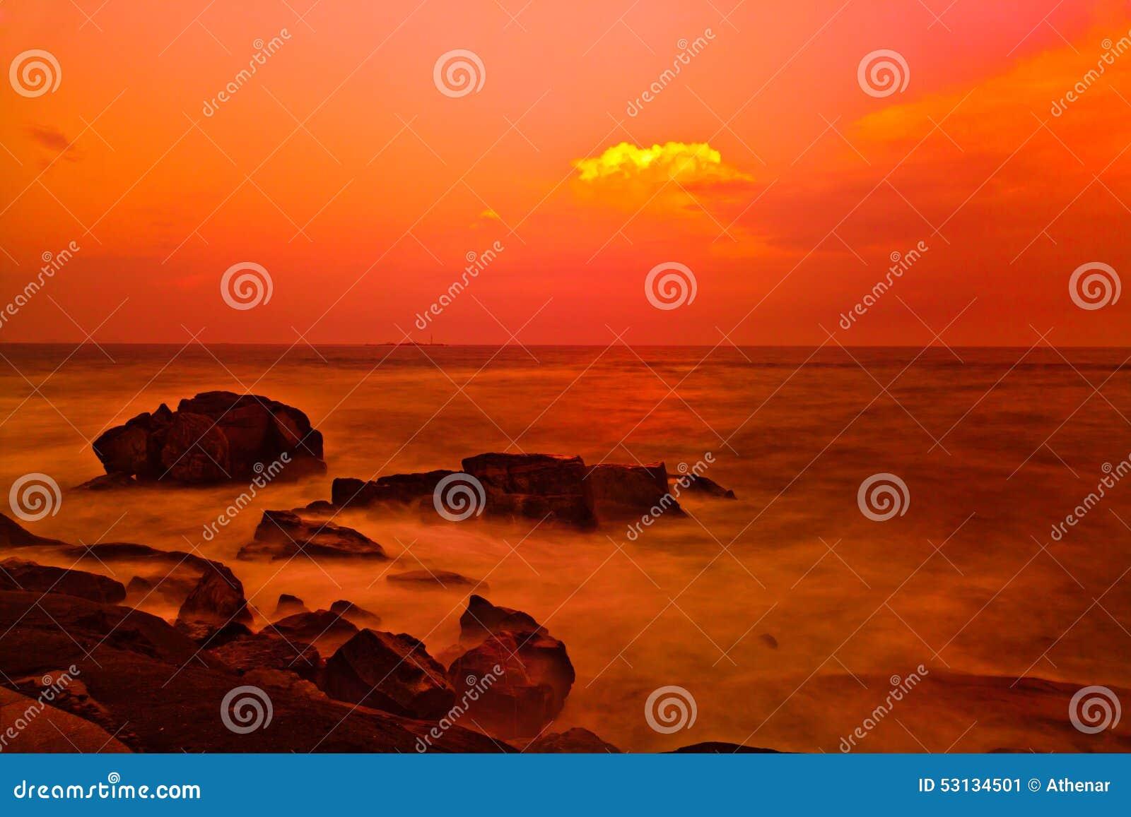 Puesta del sol sobre el mar de China