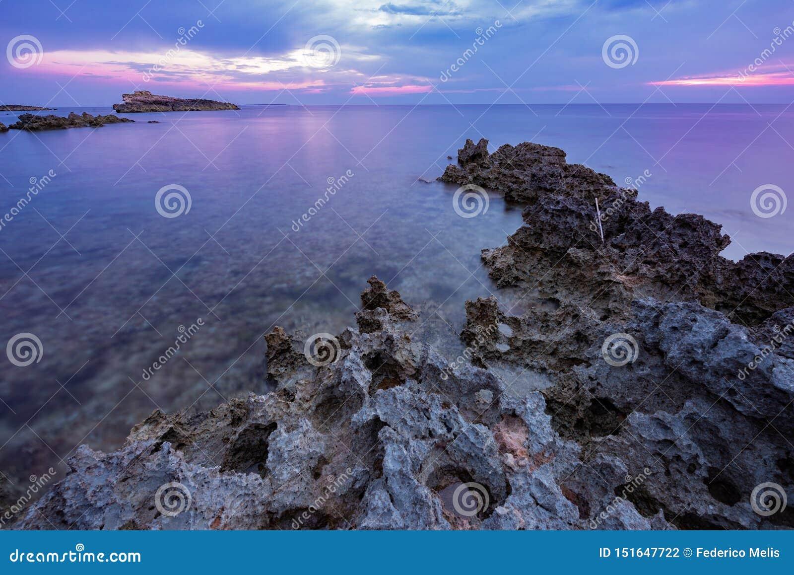 Puesta del sol sobre el mar en la costa oeste sarda, Italia