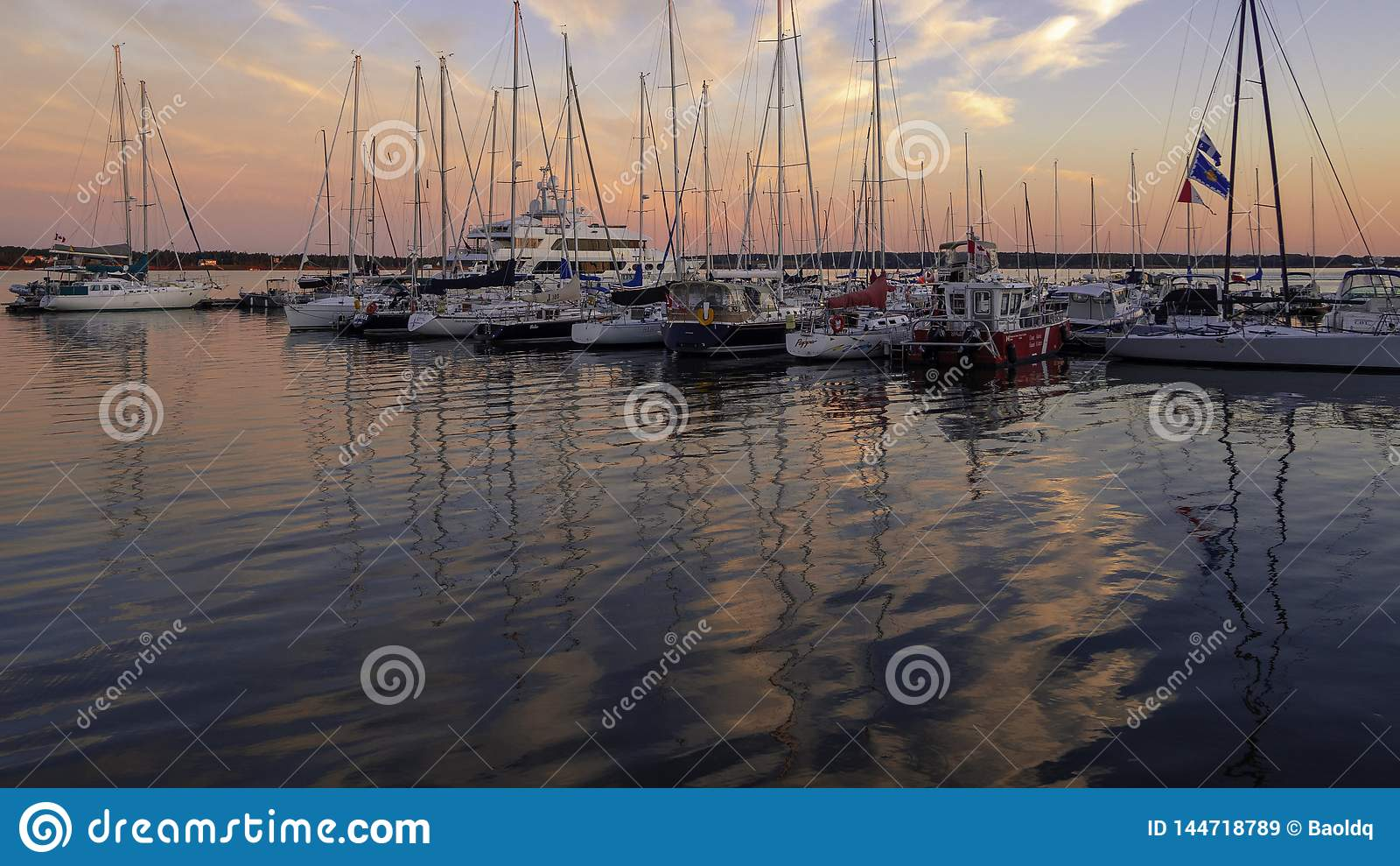 Puesta del sol sobre el puerto de Charlottetown en el verano