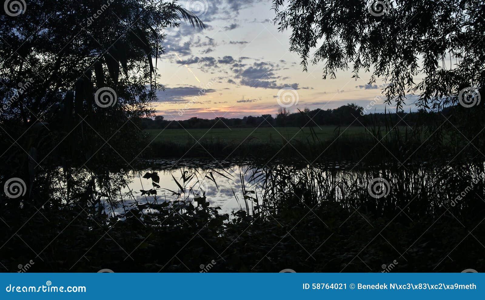 Puesta del sol sobre el río