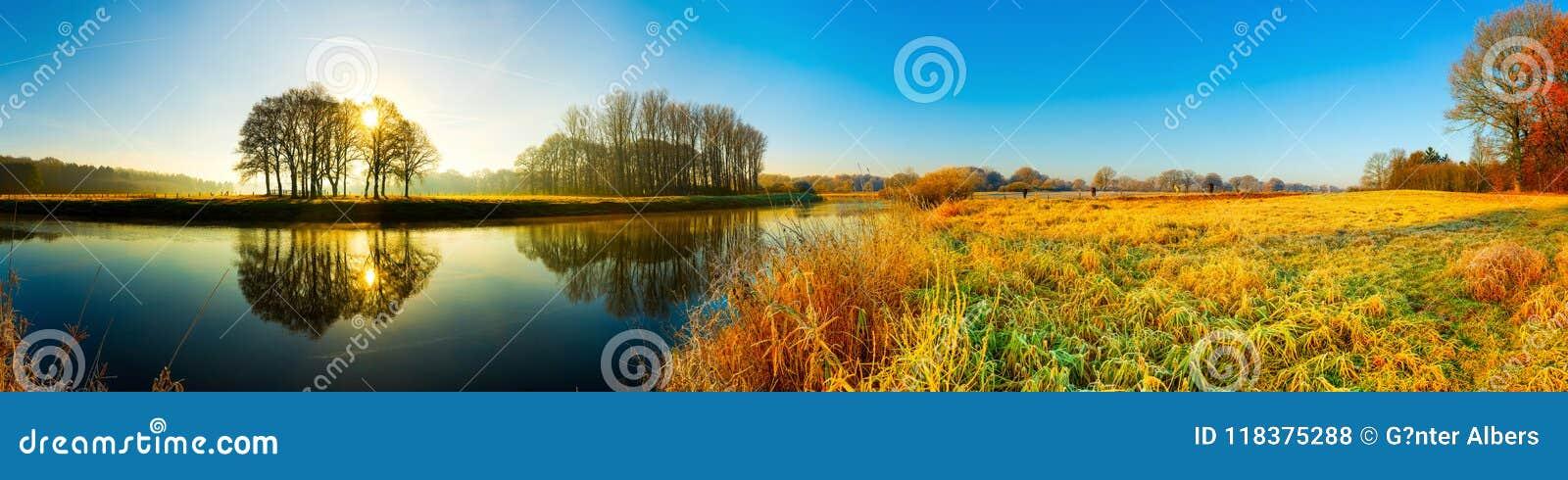 Puesta del sol sobre el río el ccsme