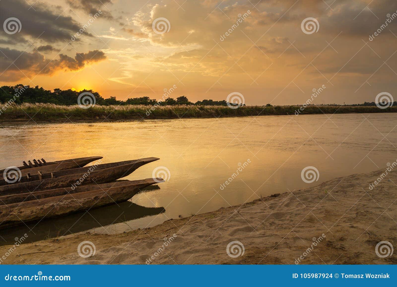 Puesta del sol sobre el río de Rapti en Sauraha