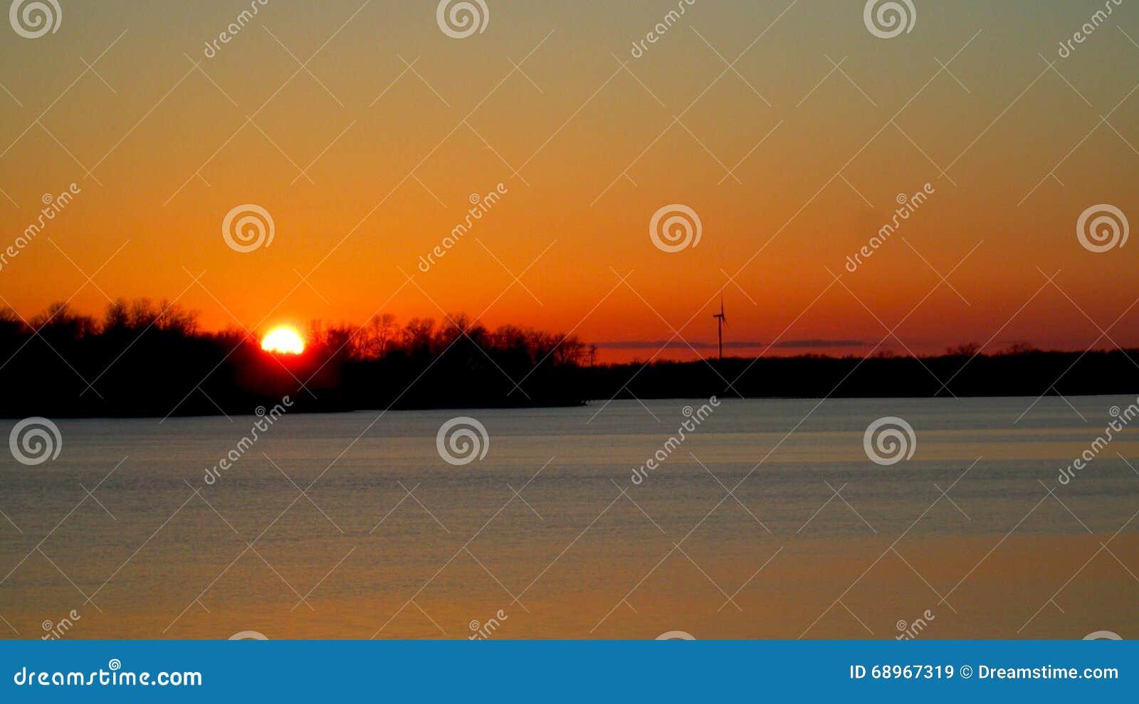 Puesta del sol sobre el río magnífico