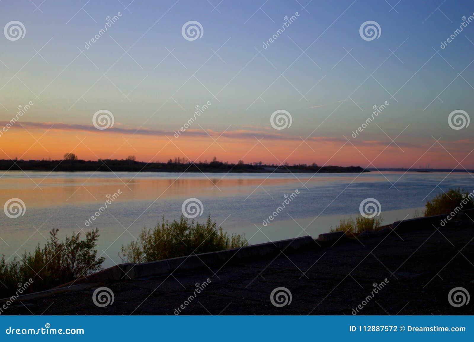 Puesta del sol sobre el río Tom