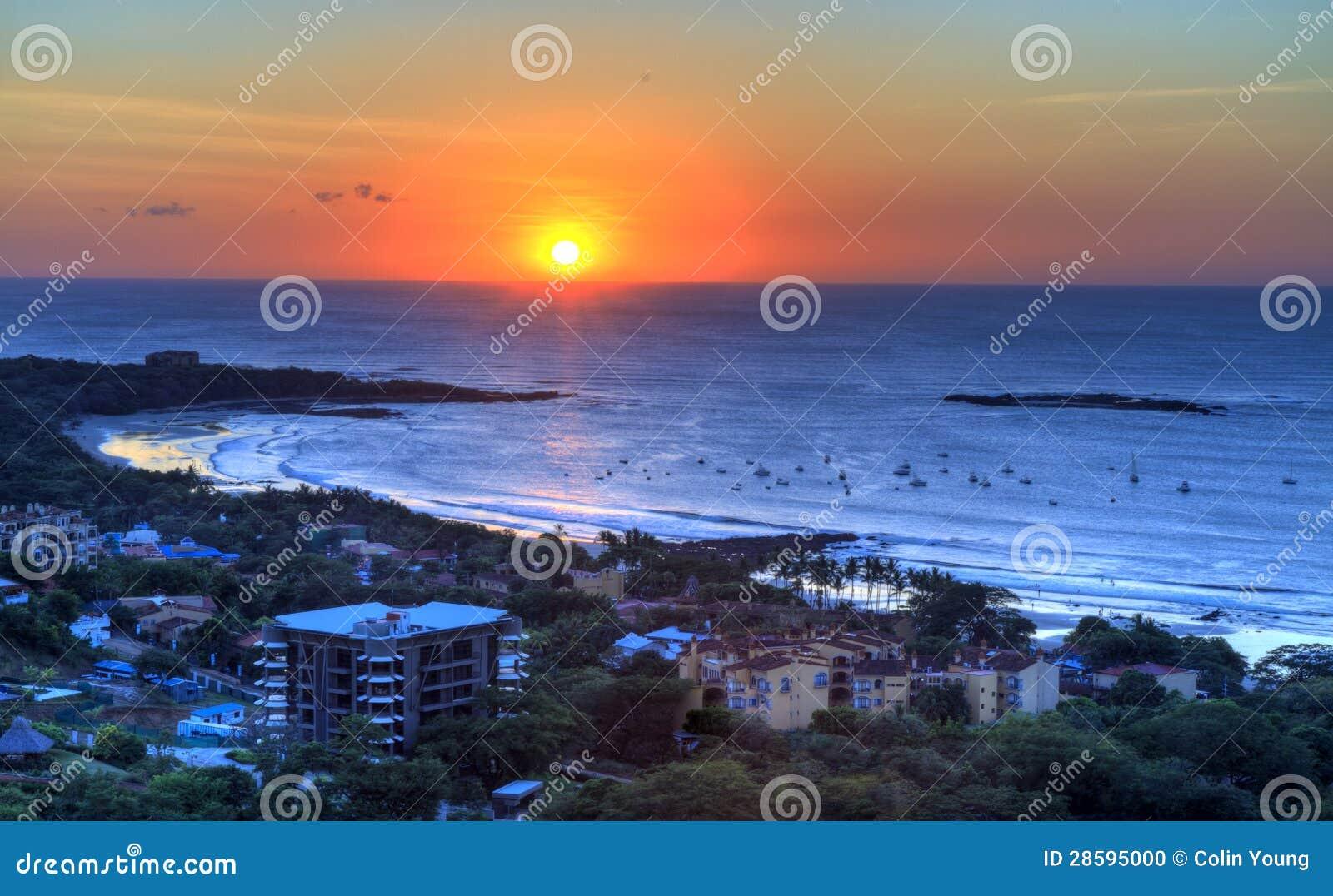 Puesta del sol sobre el tamarindo
