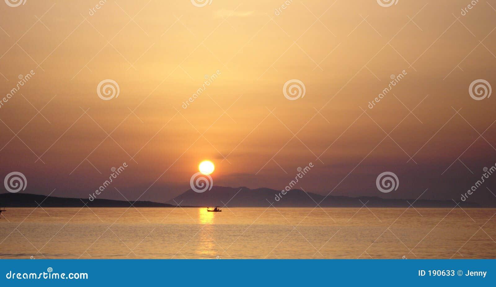 Puesta del sol sobre horizonte