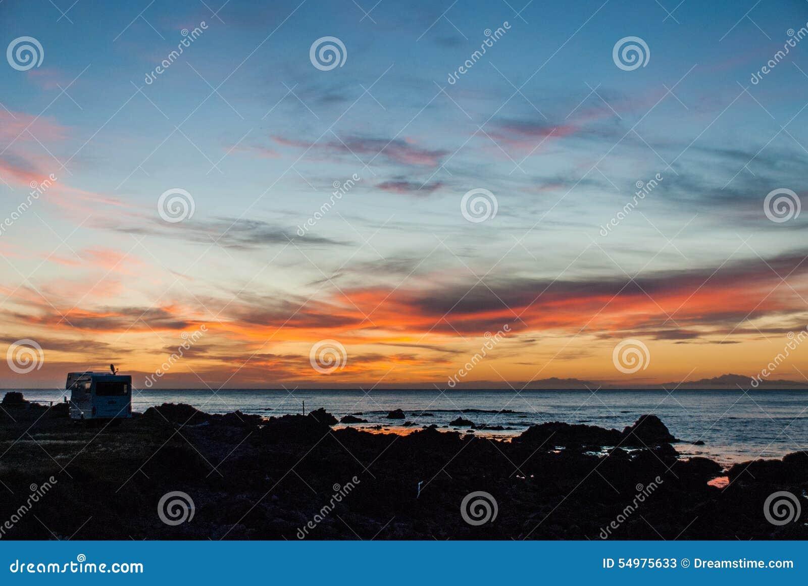 Puesta del sol sobre la isla del sur de Nueva Zelanda