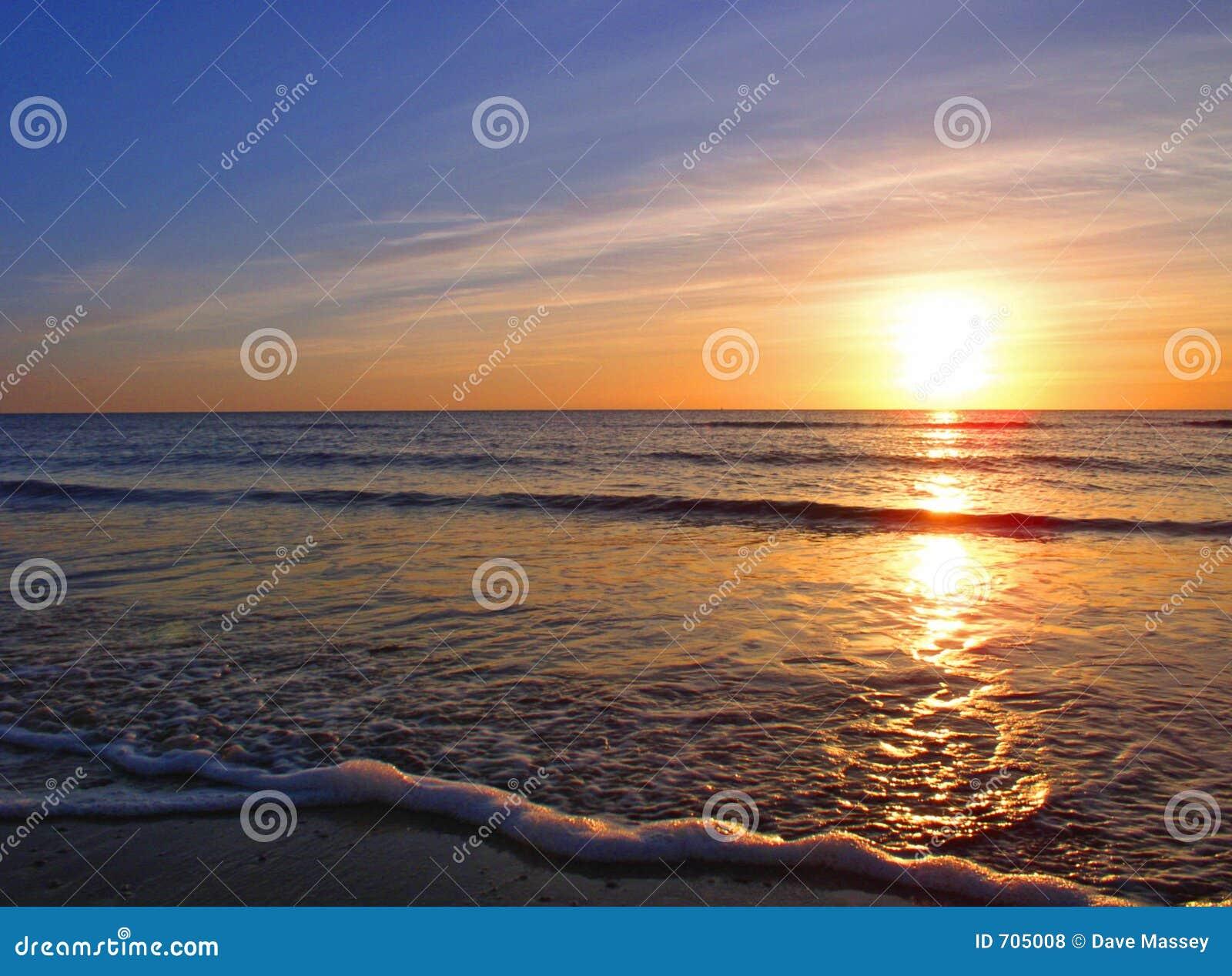 Puesta del sol sobre la playa de Seascale