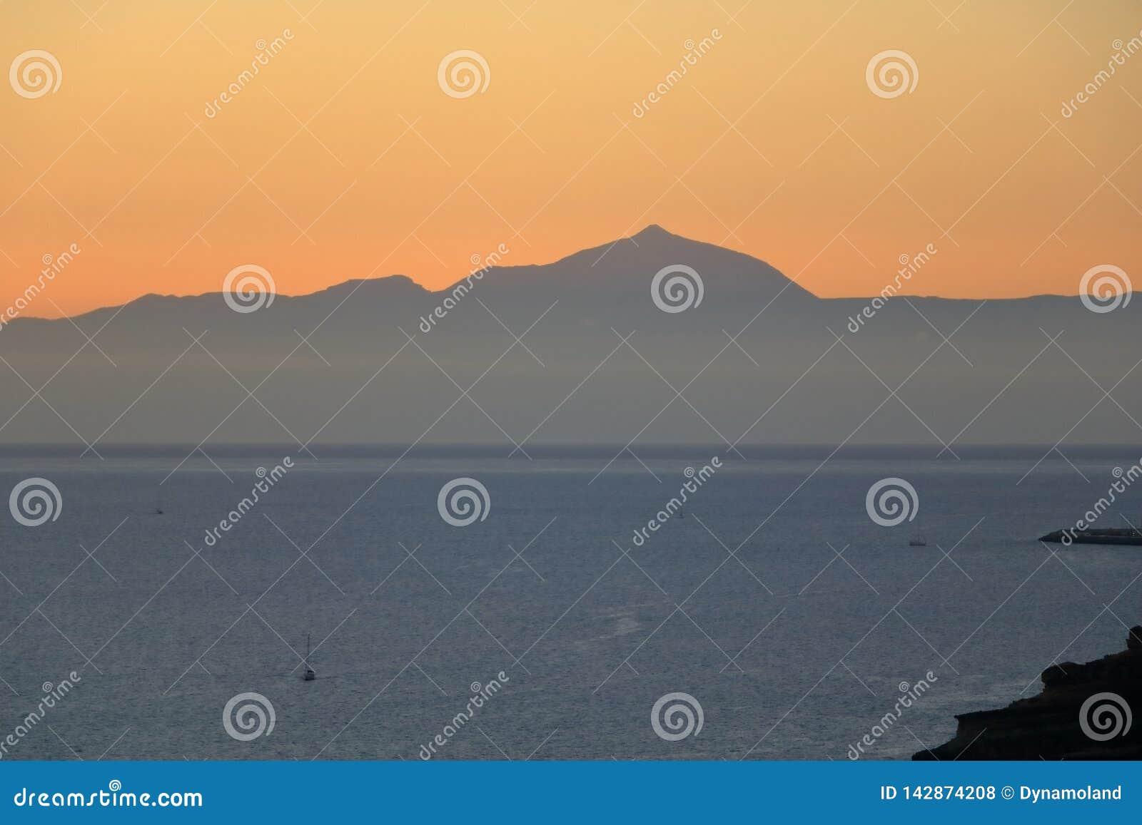 Puesta del sol sobre las islas Canarias, visión desde Gran Canaria a Tenerife, volcán del EL Teide, España