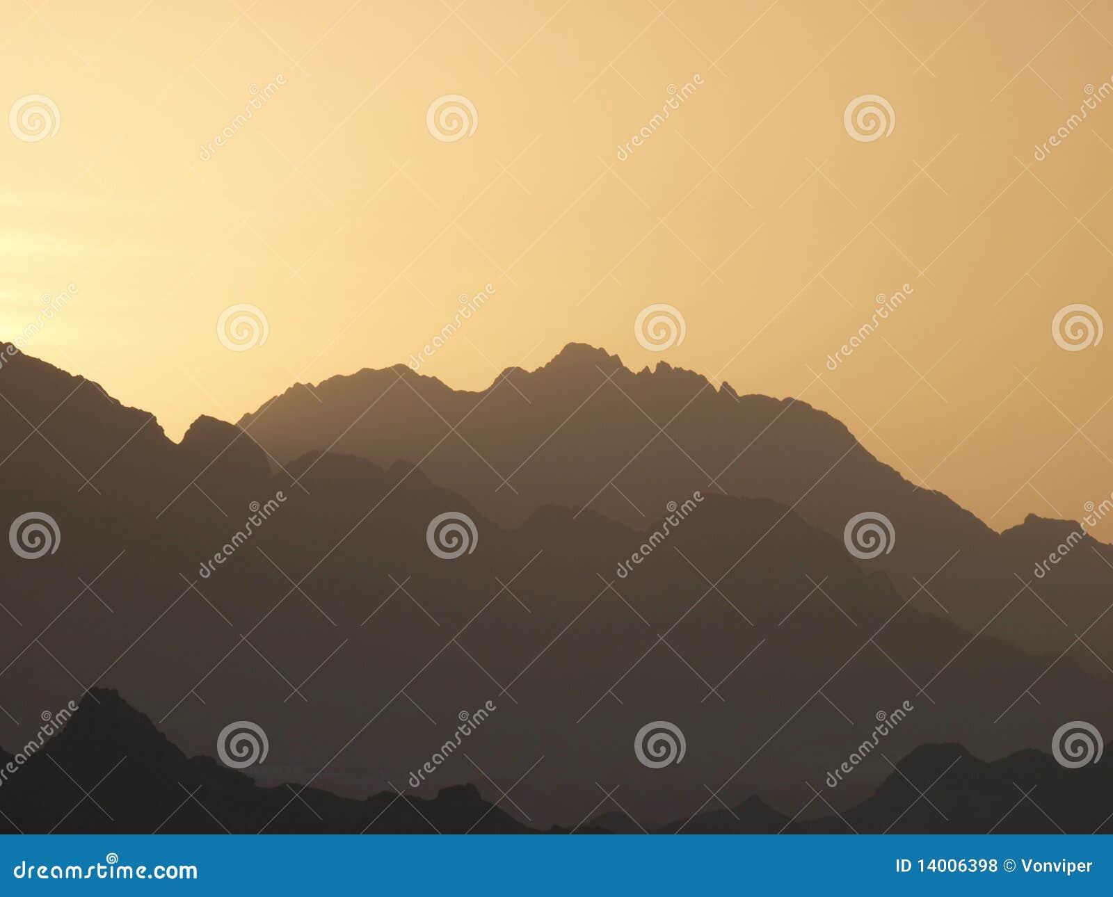 Puesta del sol sobre las montañas en península del Sinaí