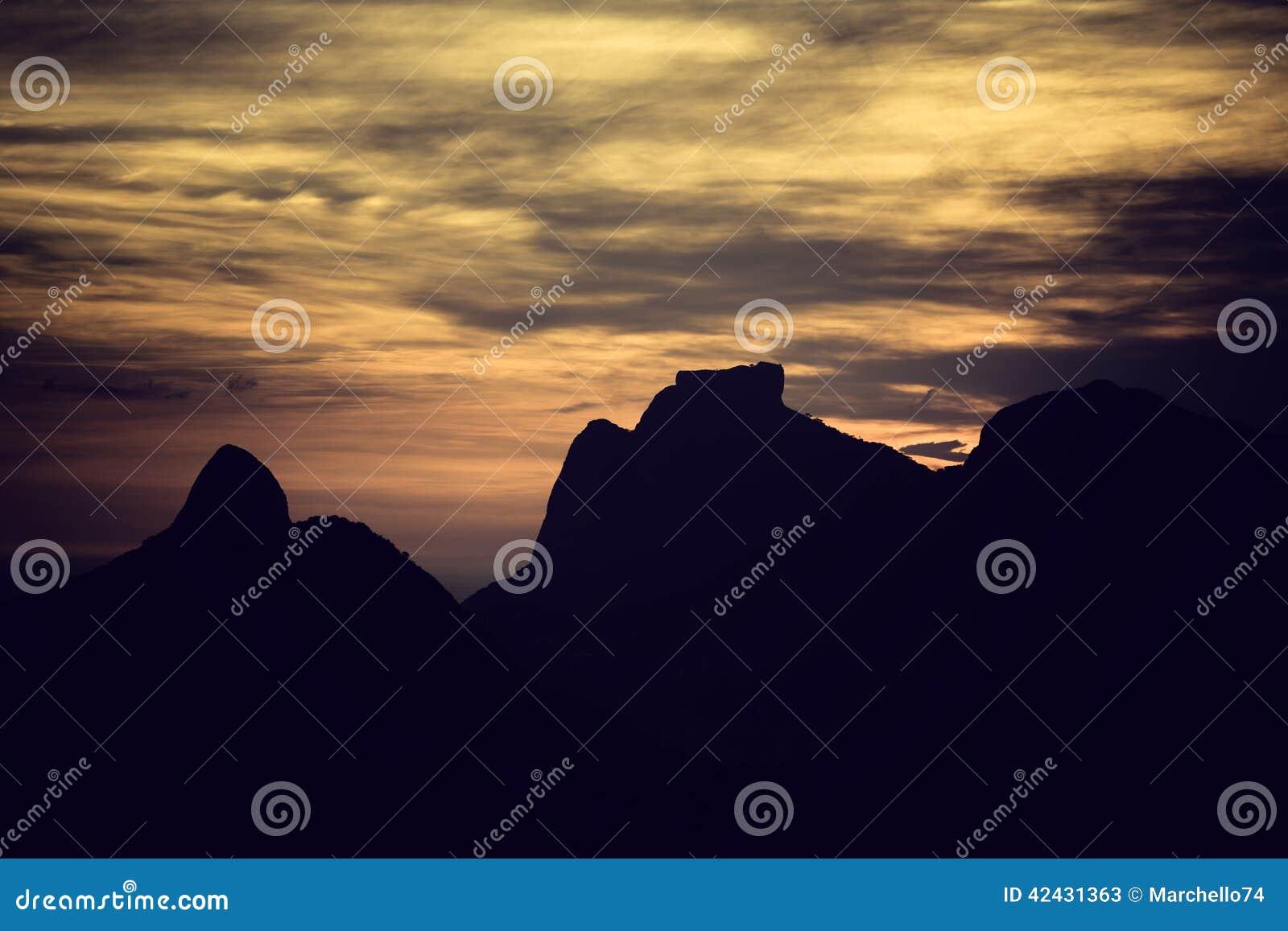 Puesta del sol sobre las montañas en Rio de Janeiro