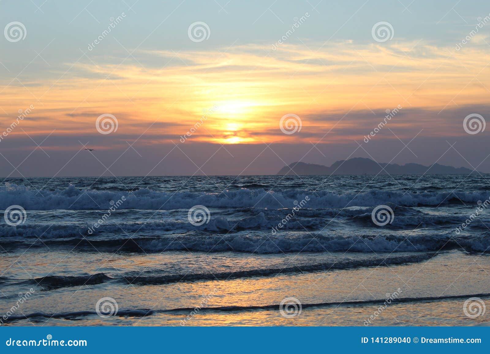 Puesta del sol sobre Océano Atlántico Galicia