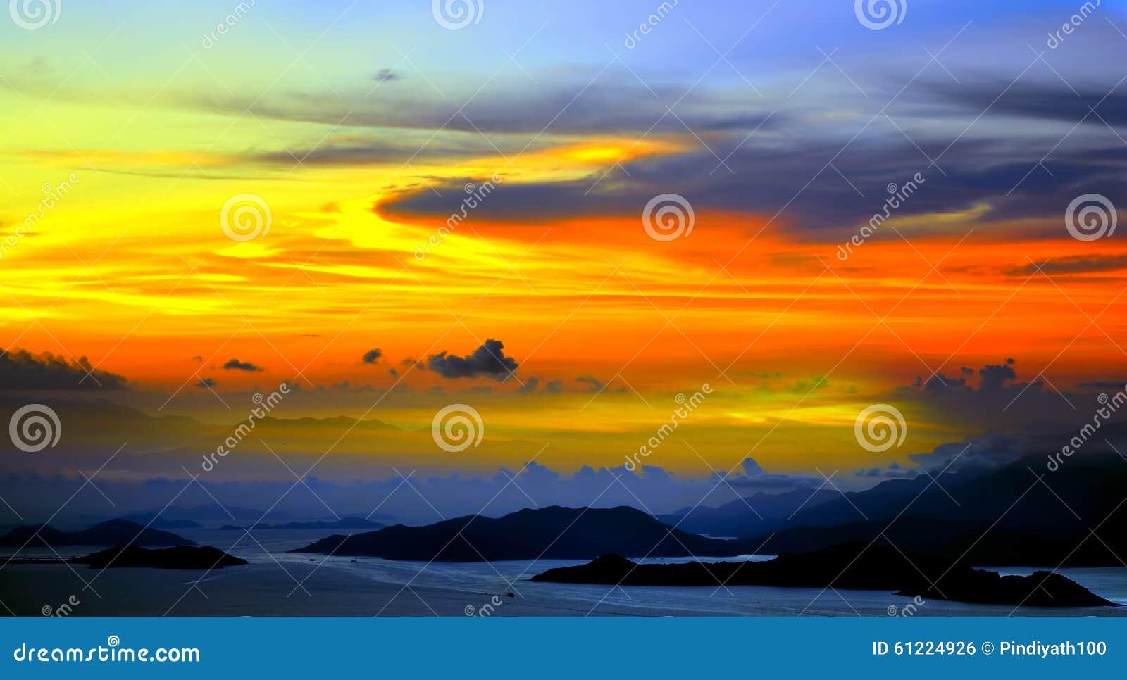 Puesta del sol tranquila hermosa