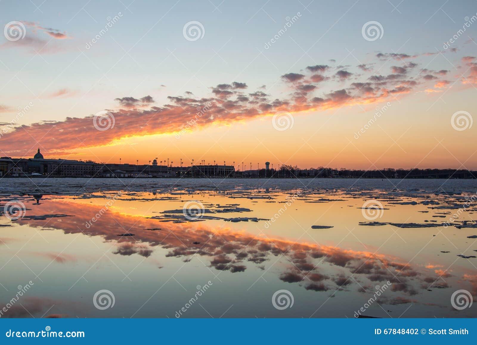 Puesta del sol a través del hielo