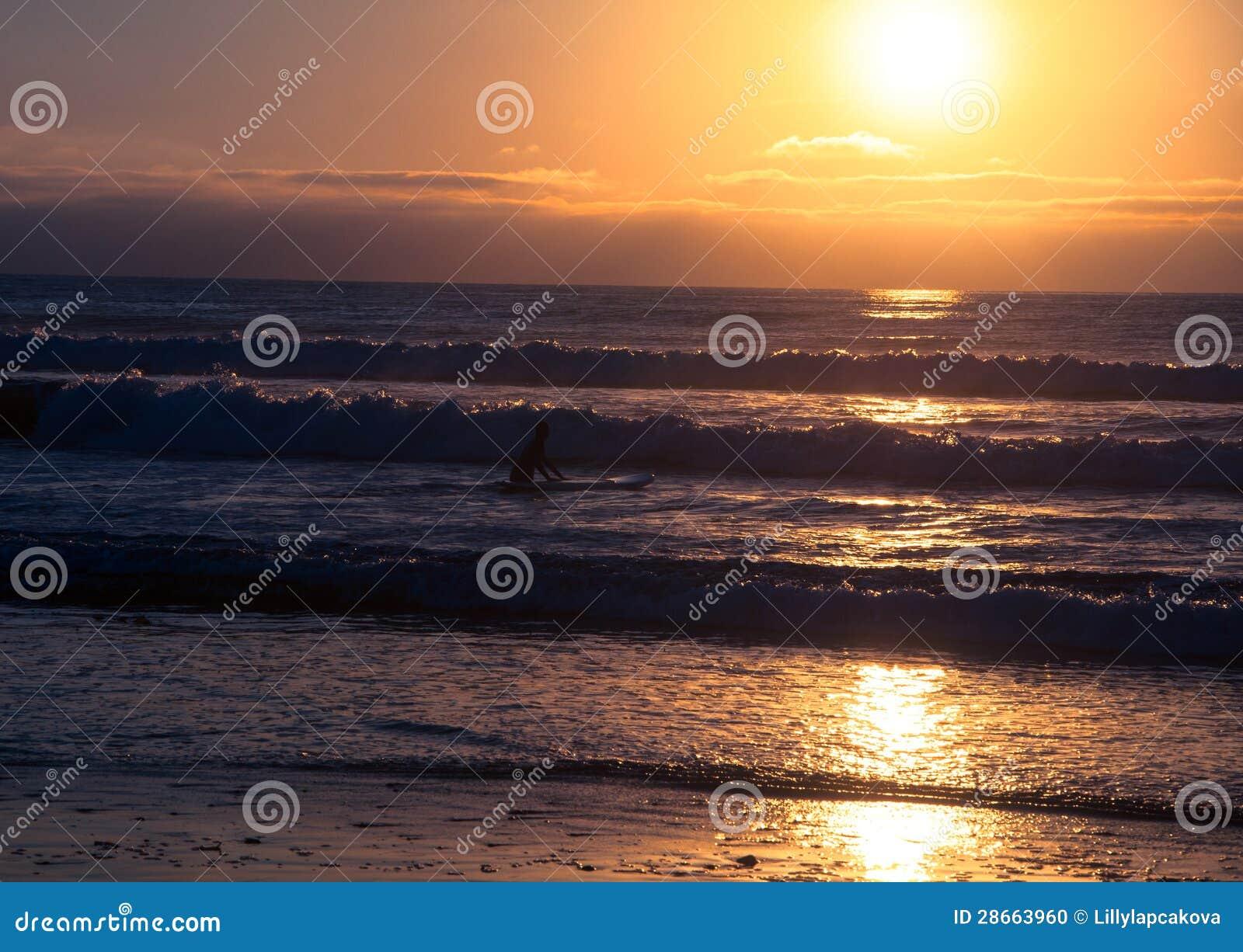 Puesta del sol tropical de la playa, partida romántica